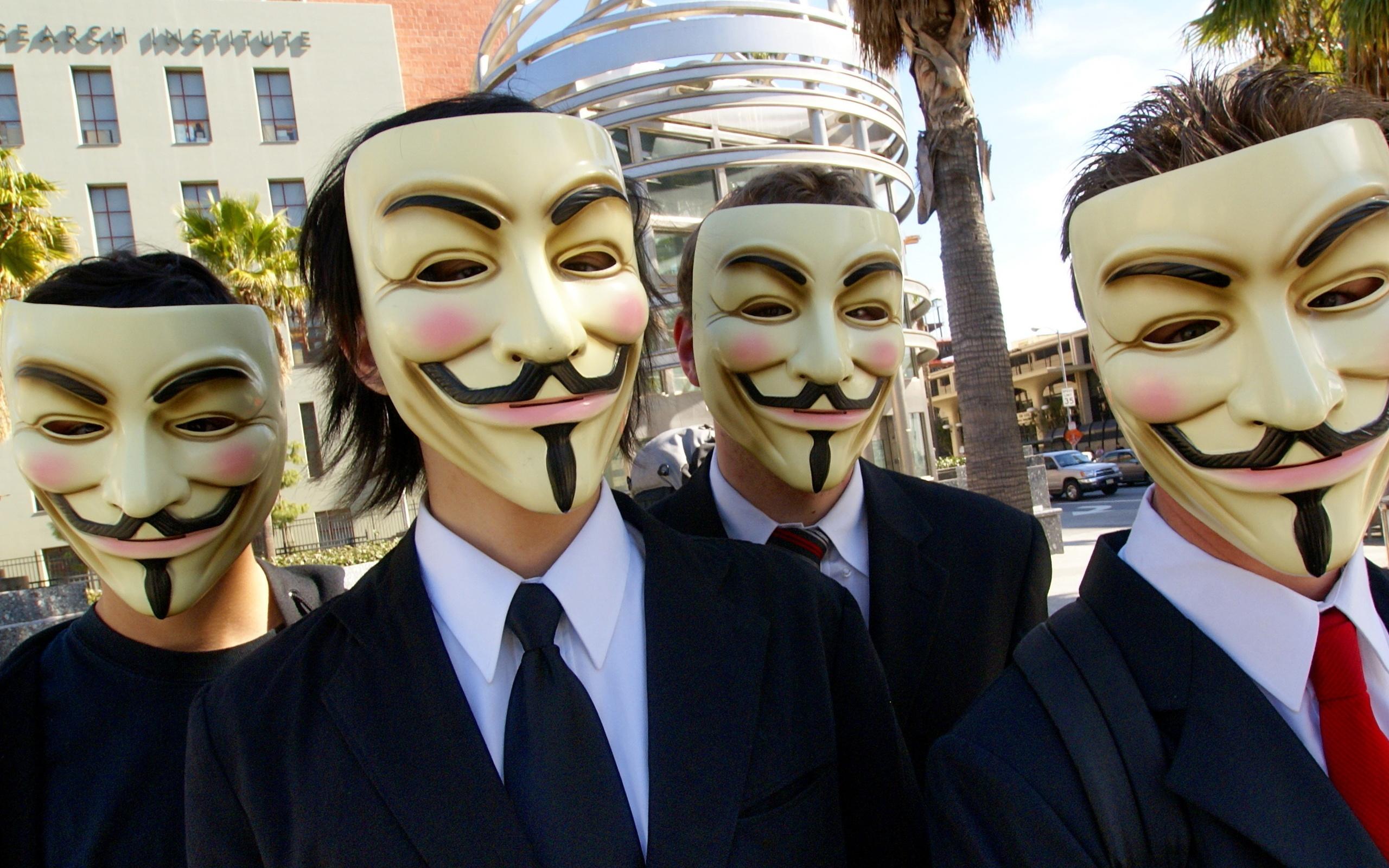 Картинка про людей в масках