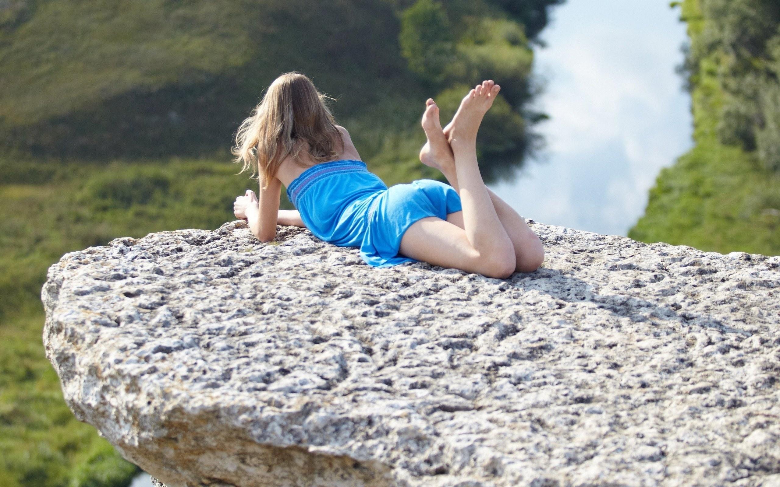 Смешные картинки девушки на камне
