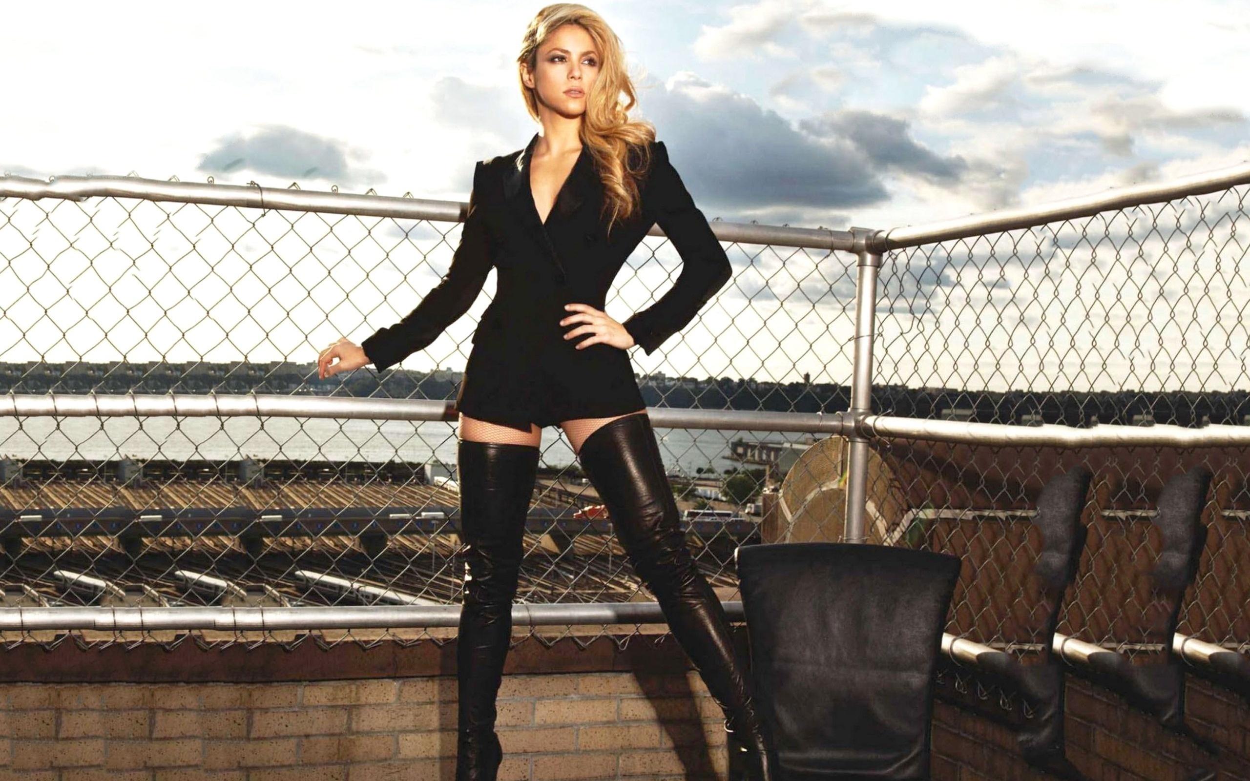 Блондинка в длинных сапогах танцует приват #13