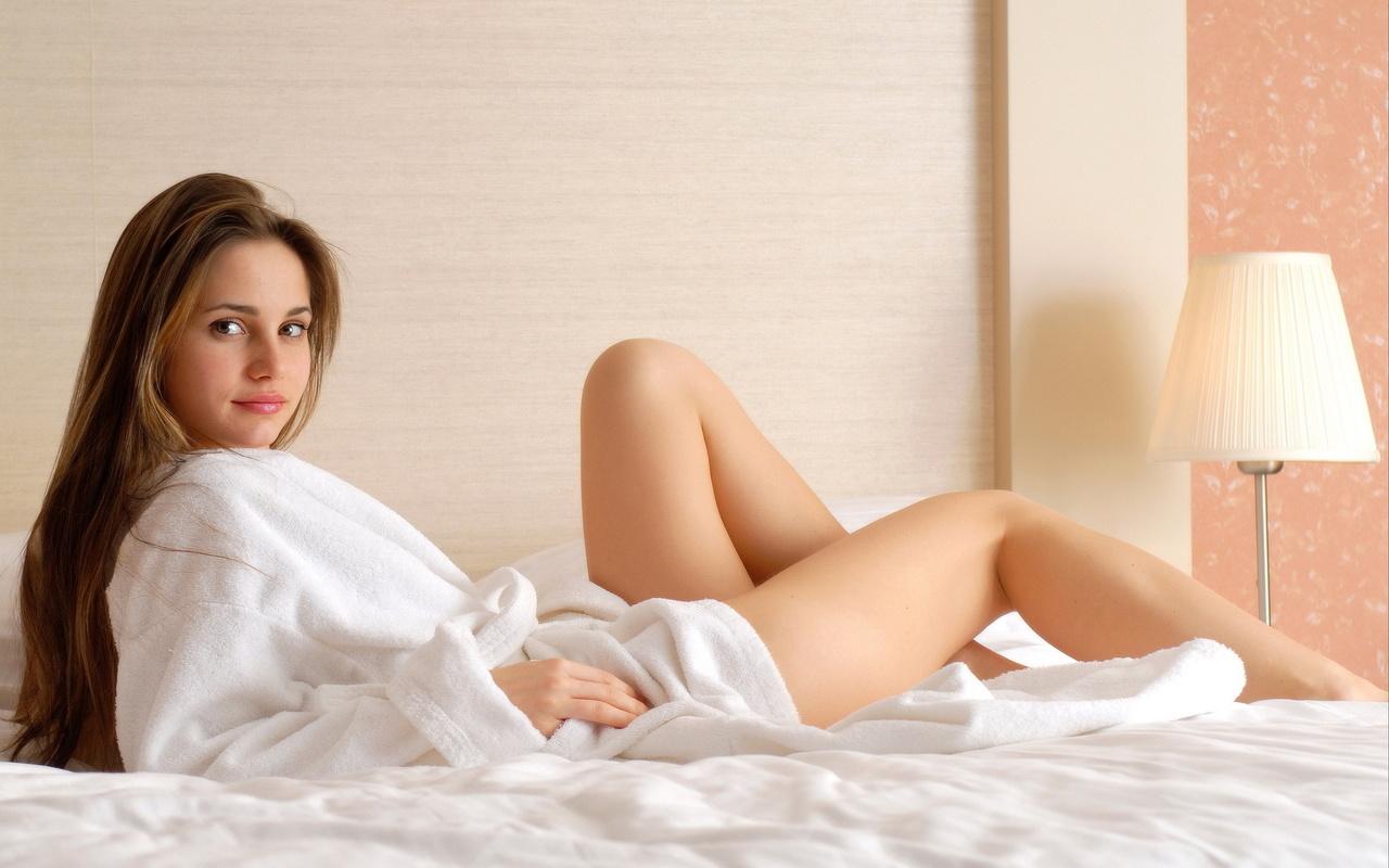 милая брюнетка каприс мастурбирует на нежной кровати