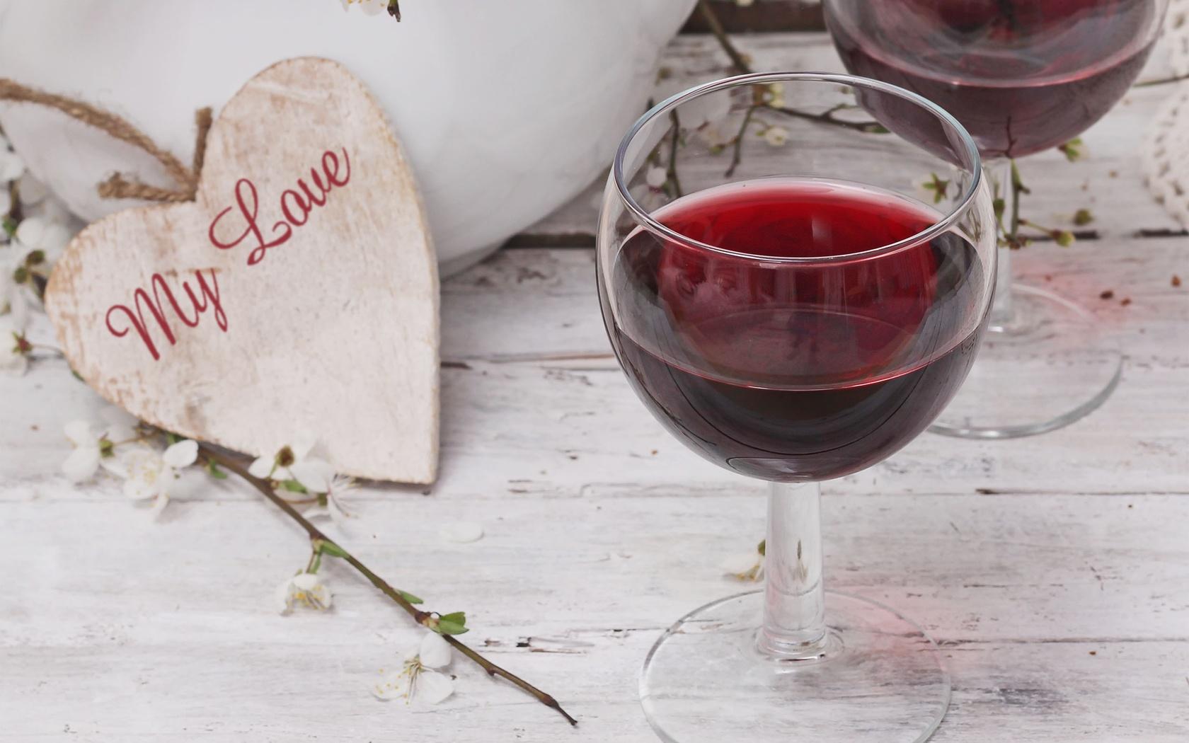 Картинки бокал вина на столе