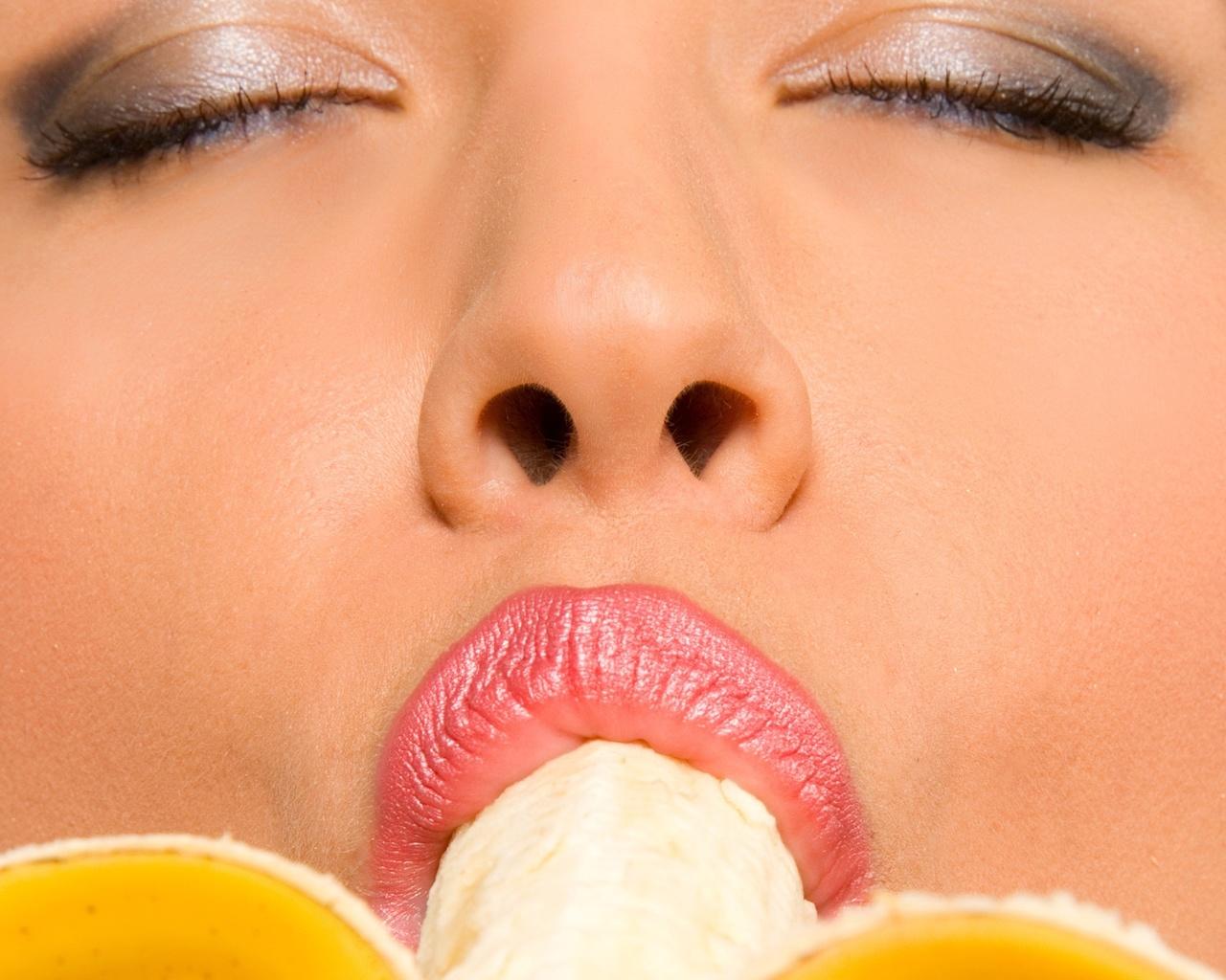 Картинка девушка облизывает банан
