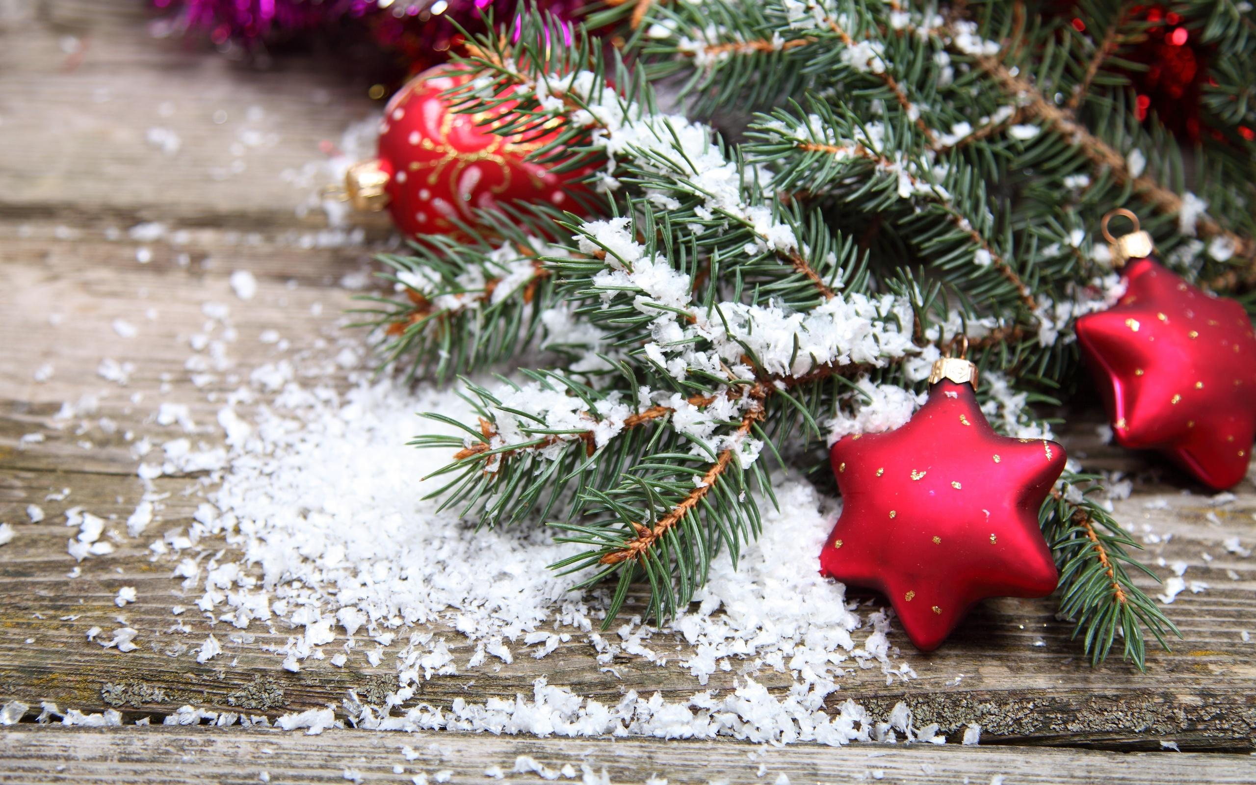 выбор картинки на рабочий стол снег на елках веселые лица, звучат