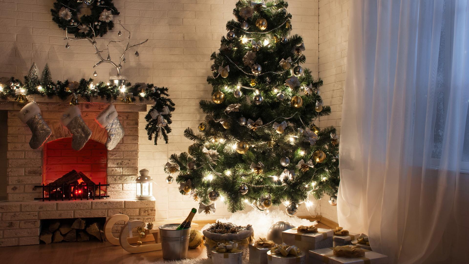 Новогодние картинки с елкой и подарками