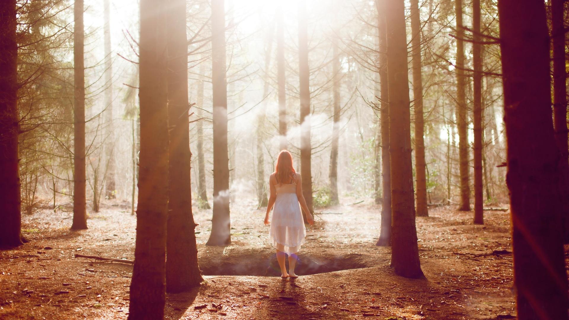 Картинки одинокая девушка в лесу
