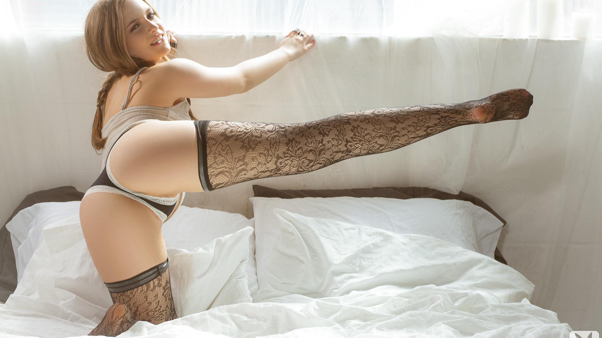 Гибкая девушка в постели, дилдо огромное анал групповуха порно видео смотреть