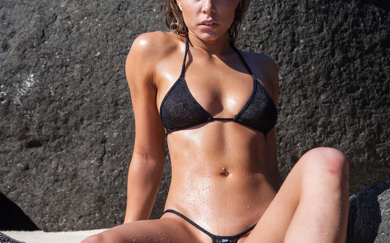 Фото девушек в мокрых бикини крупным планом