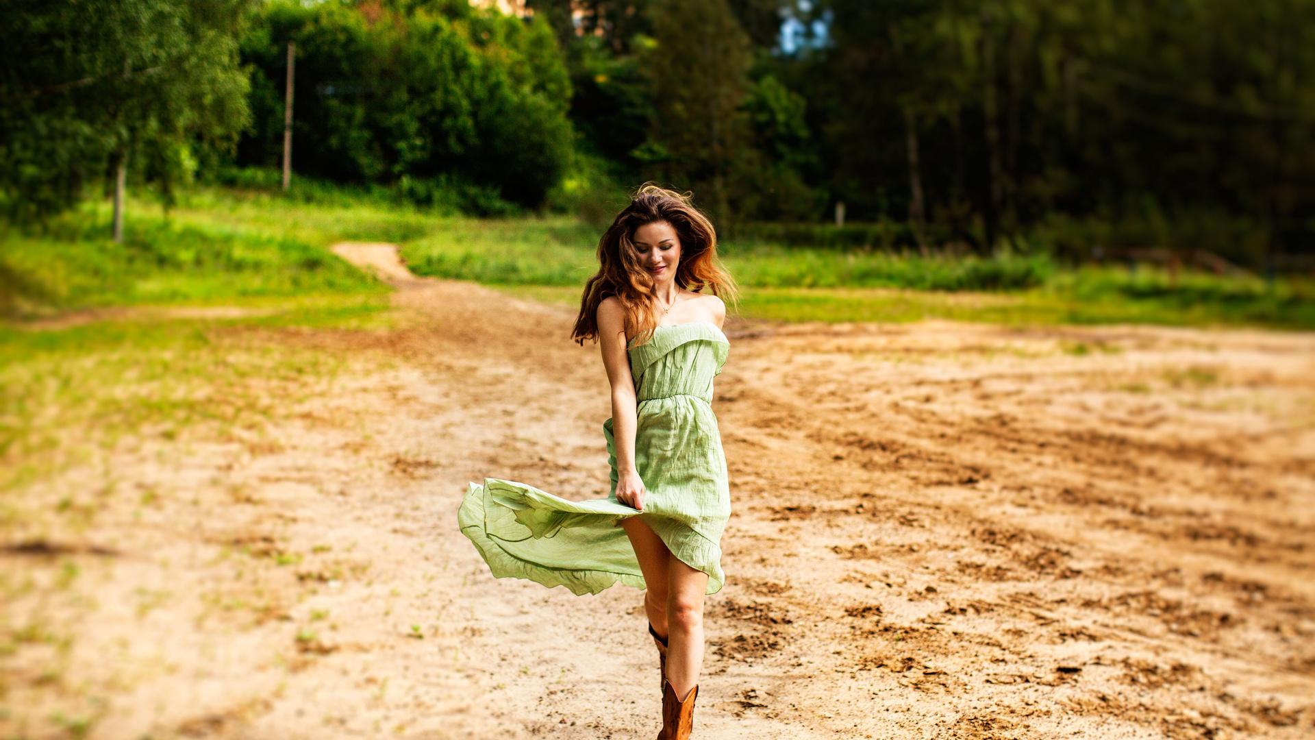 Картинка девочка бежит в лесу