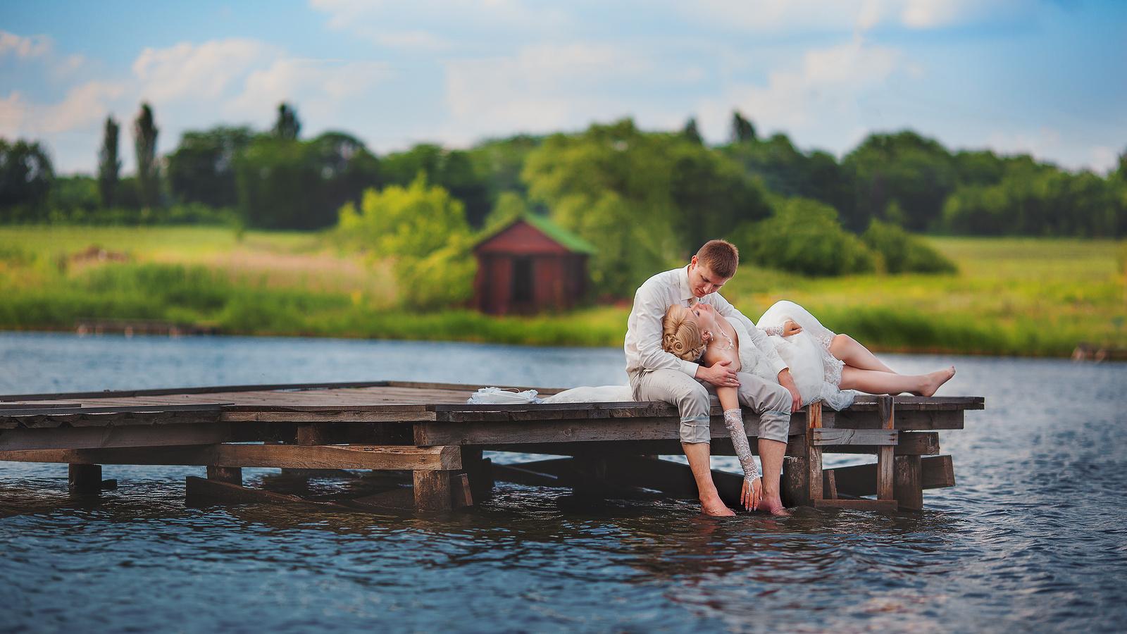 видео парень с девушкой на озере сисек
