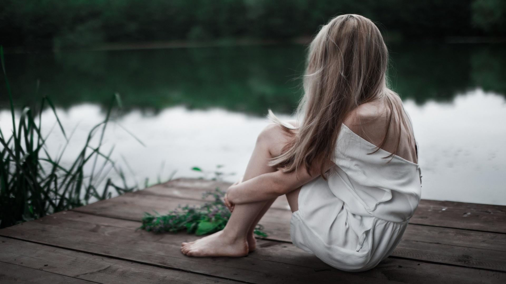 Девушка сидит скучает картинки