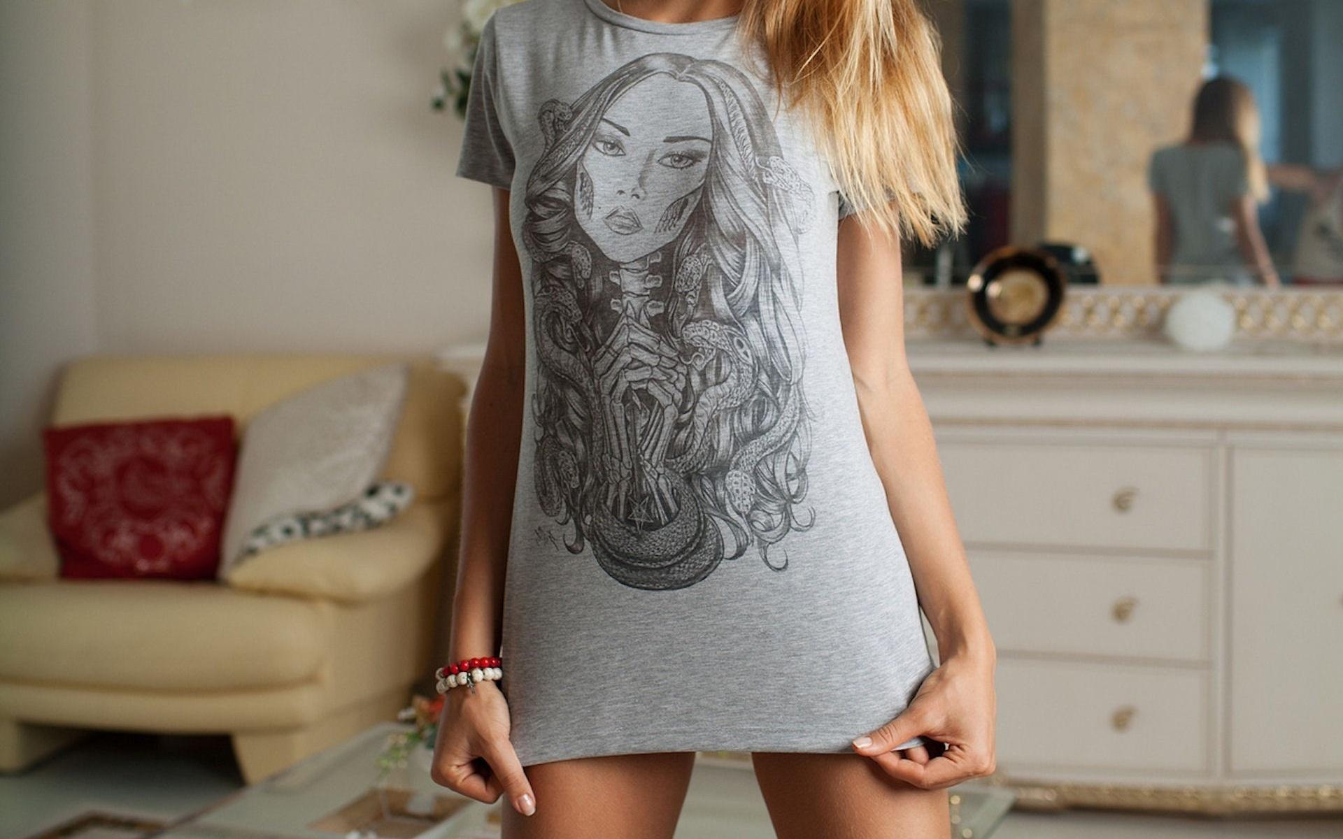 Девушка в одной футболке картинки