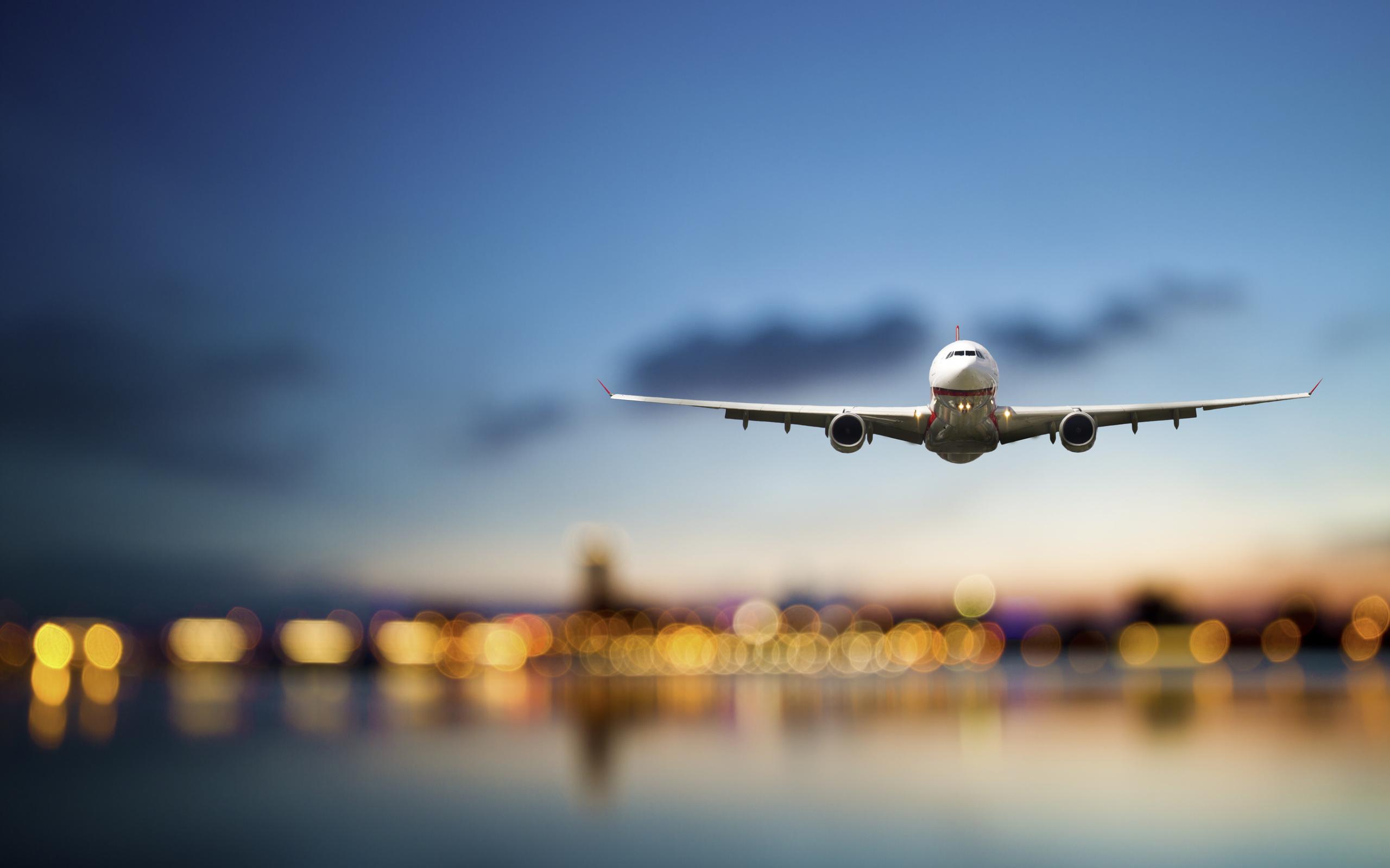 Картинка самолет в небе летит