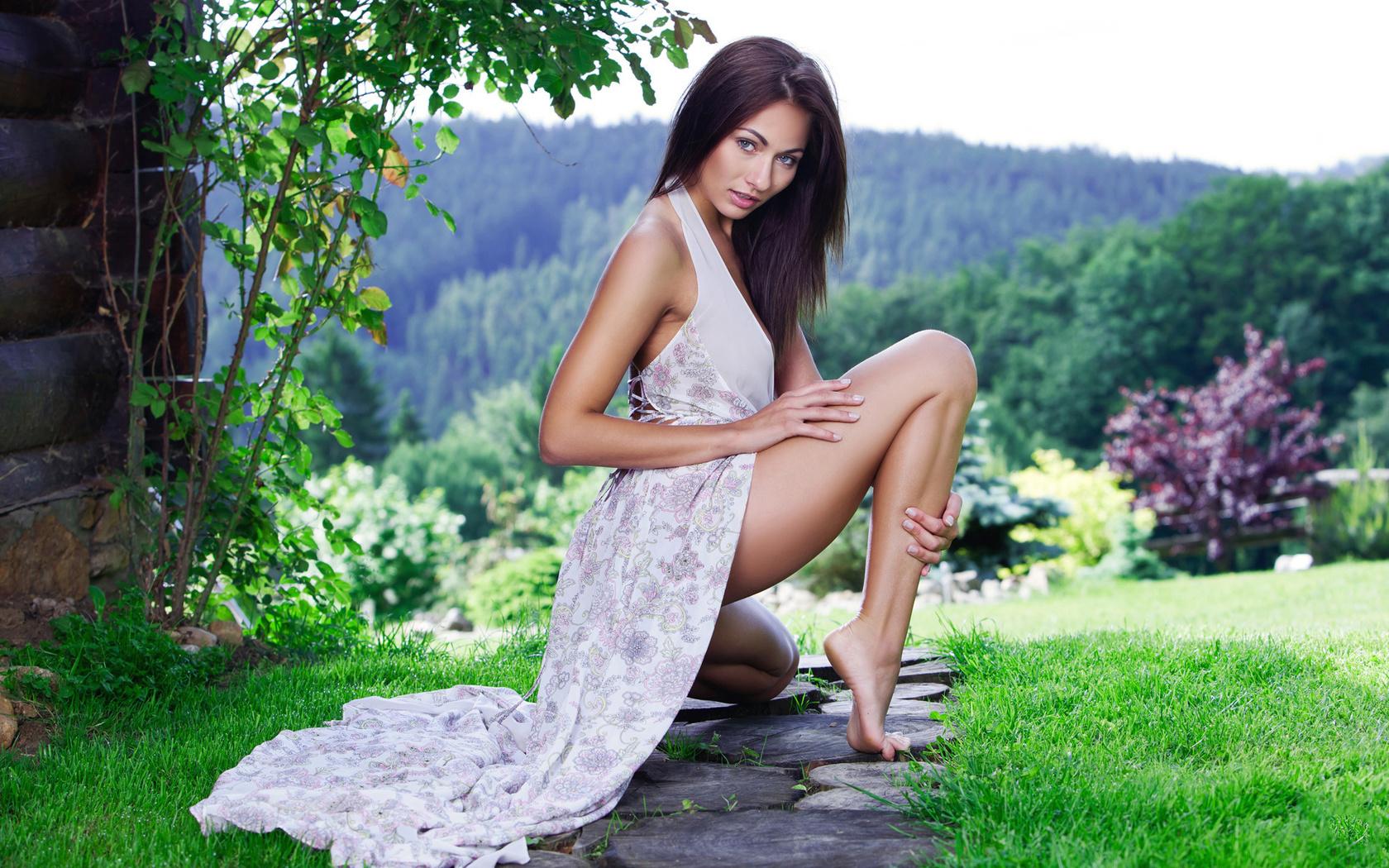 Фото красивых девушек на корточках, Голые девушки на корточках Женские письки 1 фотография