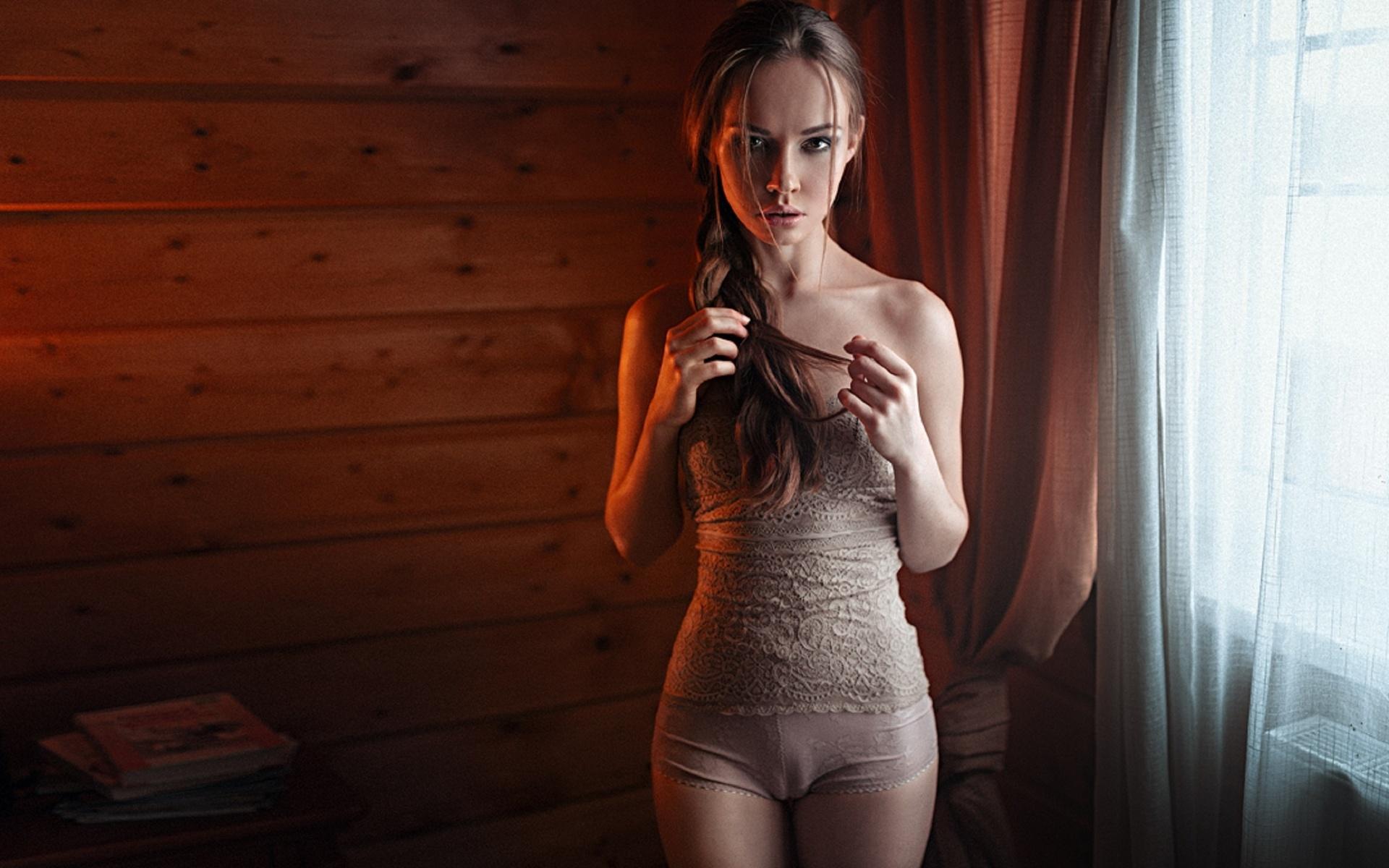 очень красивая девушка показывает свое тело русское
