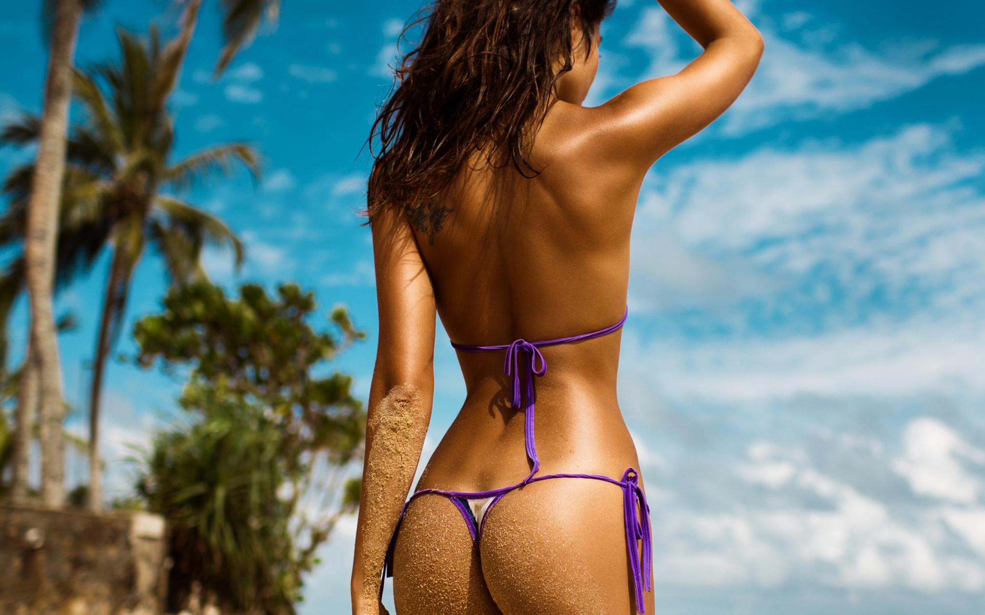Голые попки брюнеток на пляже