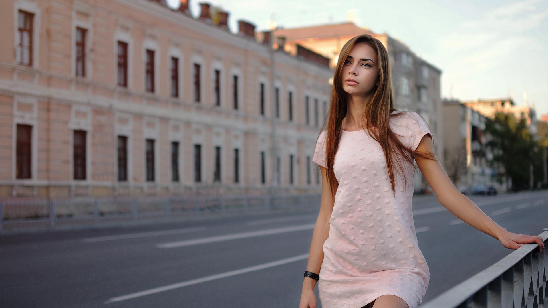 Красивые девушки на улице летом