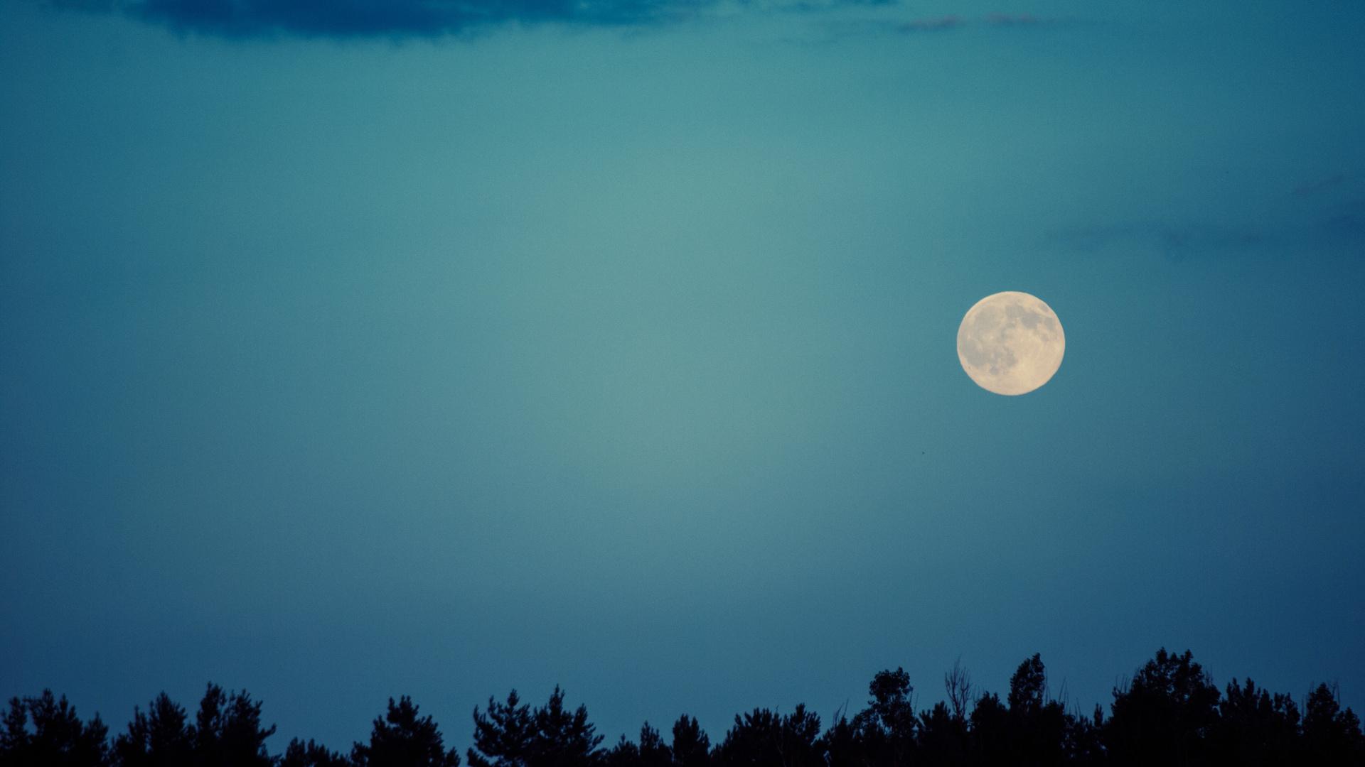 Две луны на небе картинка