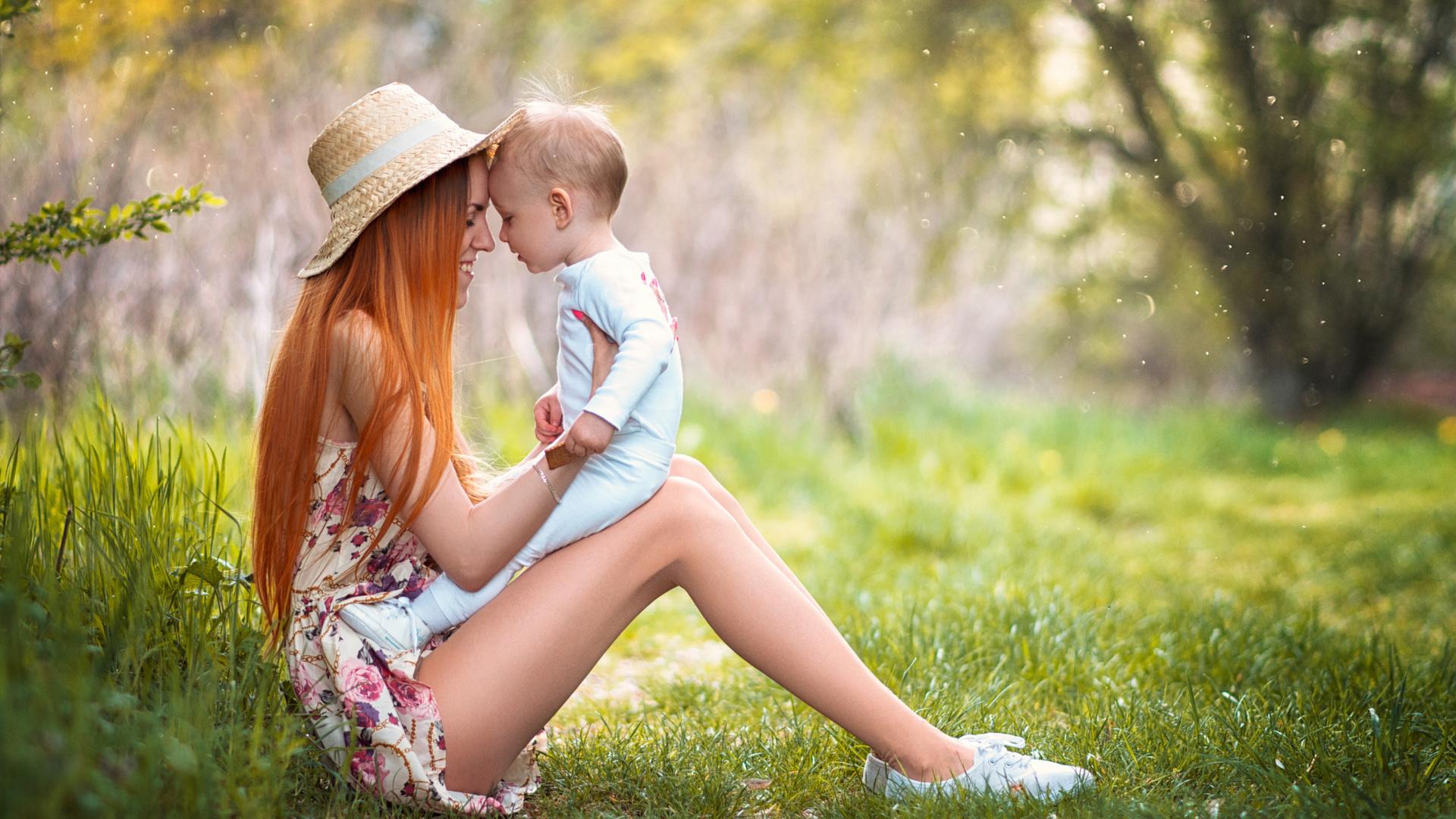 Картинка мама и дети на природе