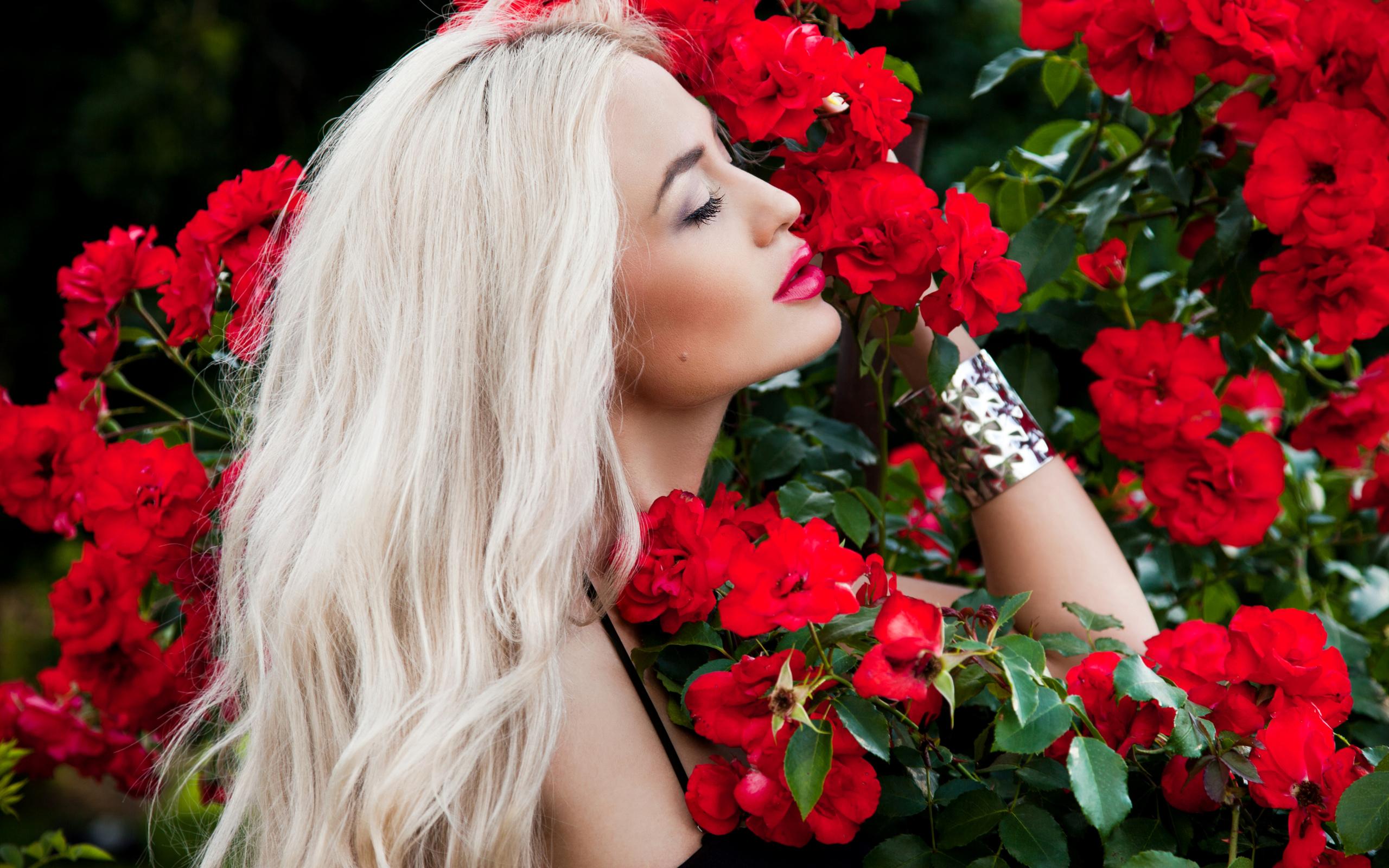 Картинка блондинка с белыми розами