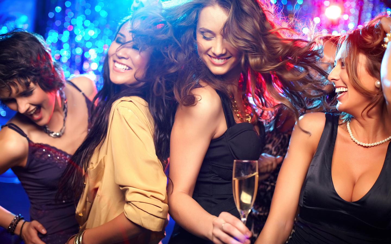 Русские лезбиянки с мужиками в клубе