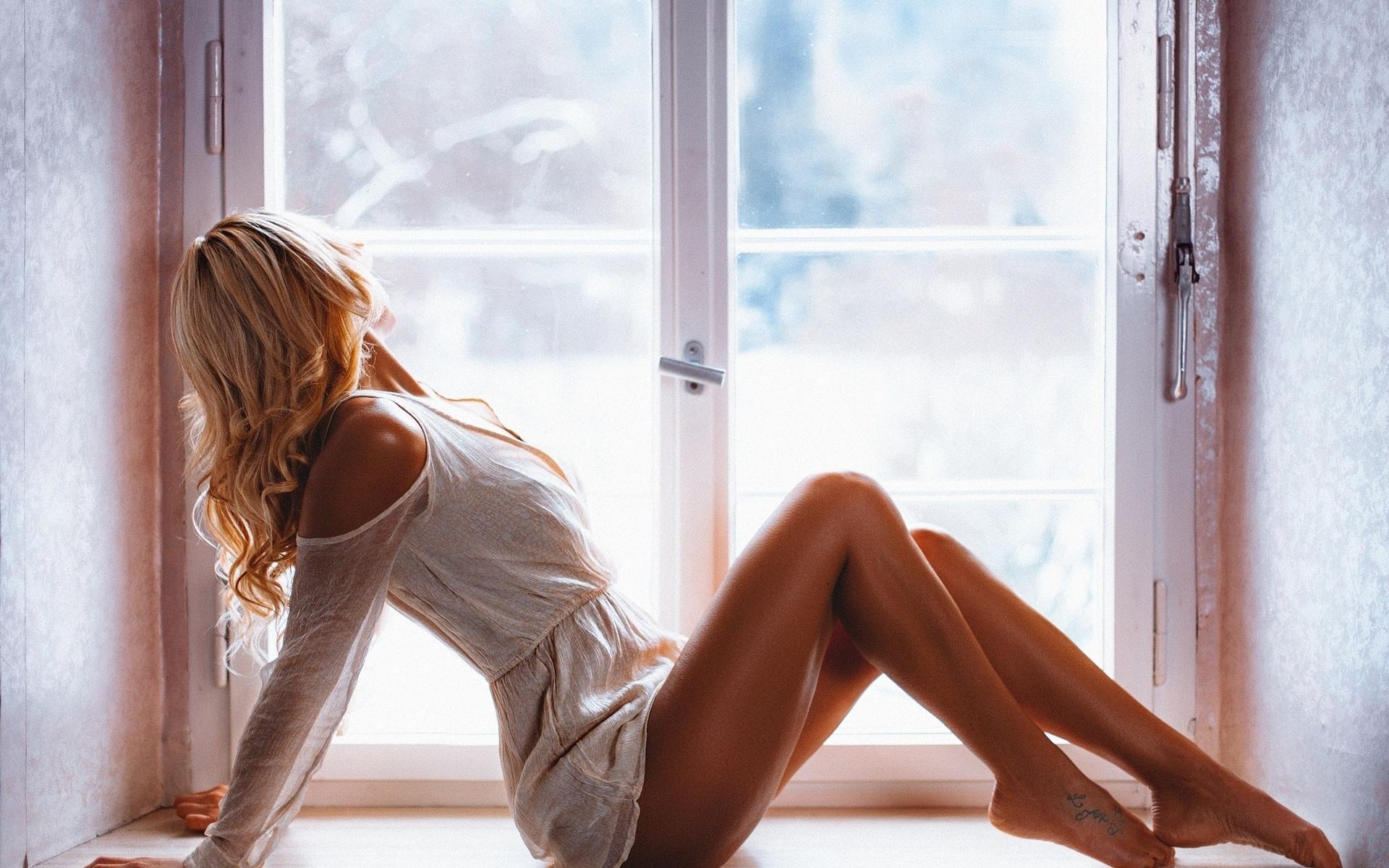 Картинки с девушками сидящими на окне