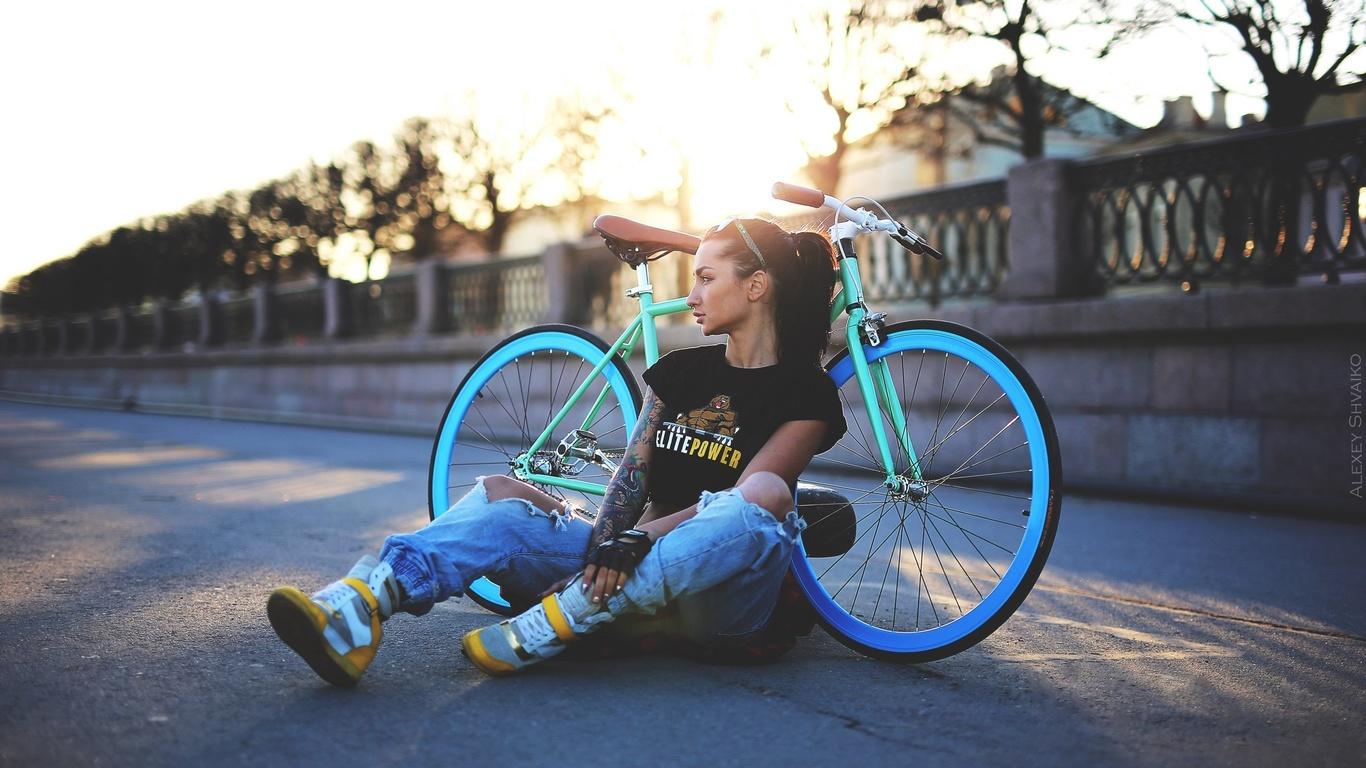 Картинки крутые девушек на велосипеде