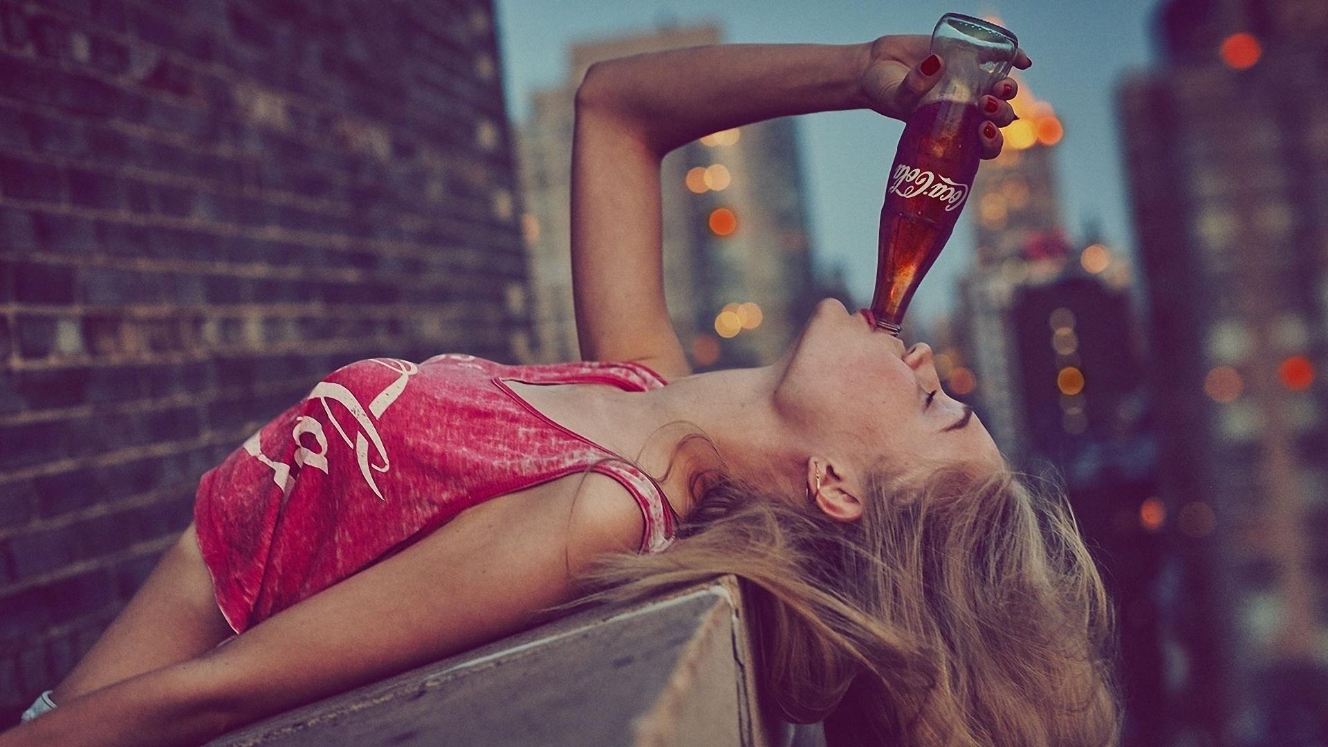 Картинка девушек с бутылкой