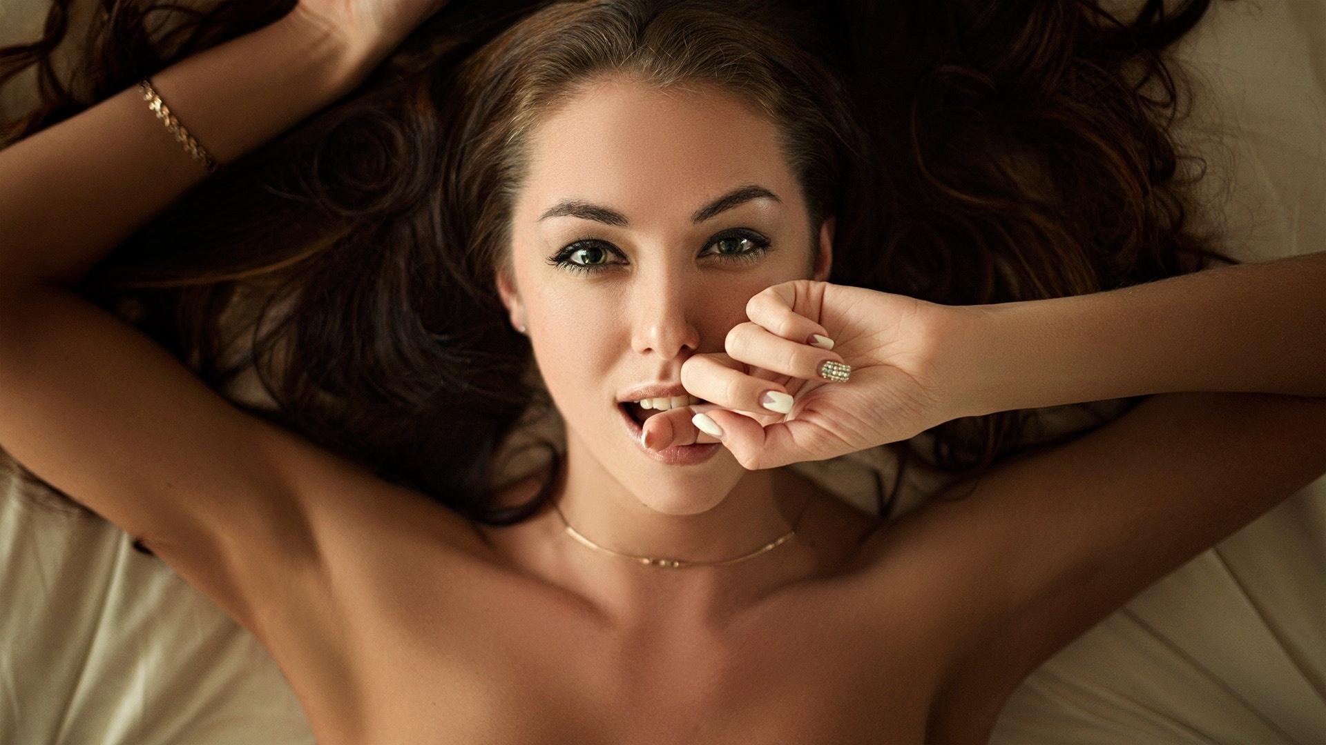 благодаря сексуальная девушка с пальцем во рту содержание