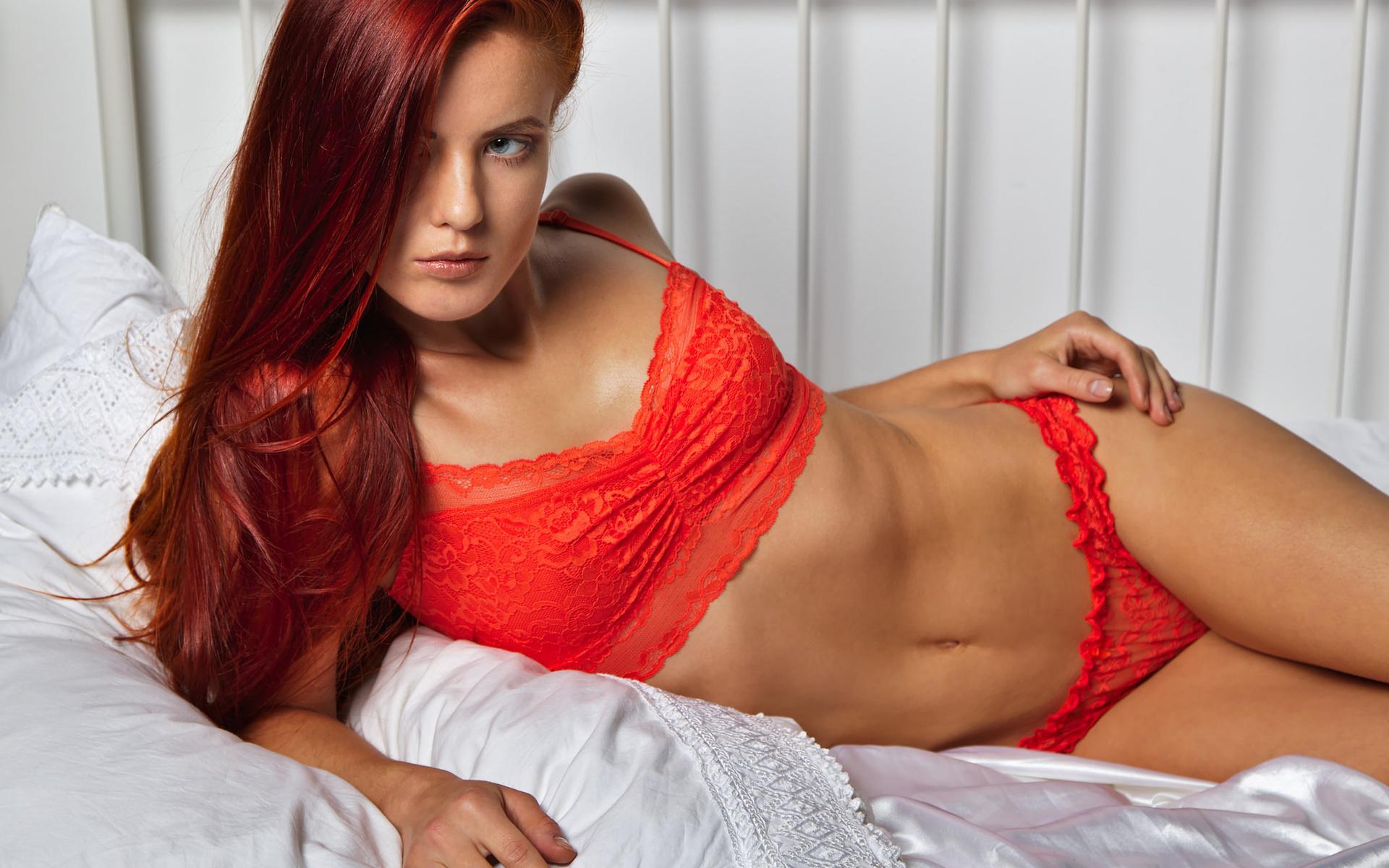 redhead-women-in-bed