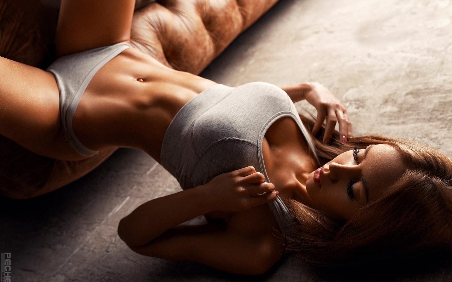 очень красивая девушка показывает свое тело тонкую ткань