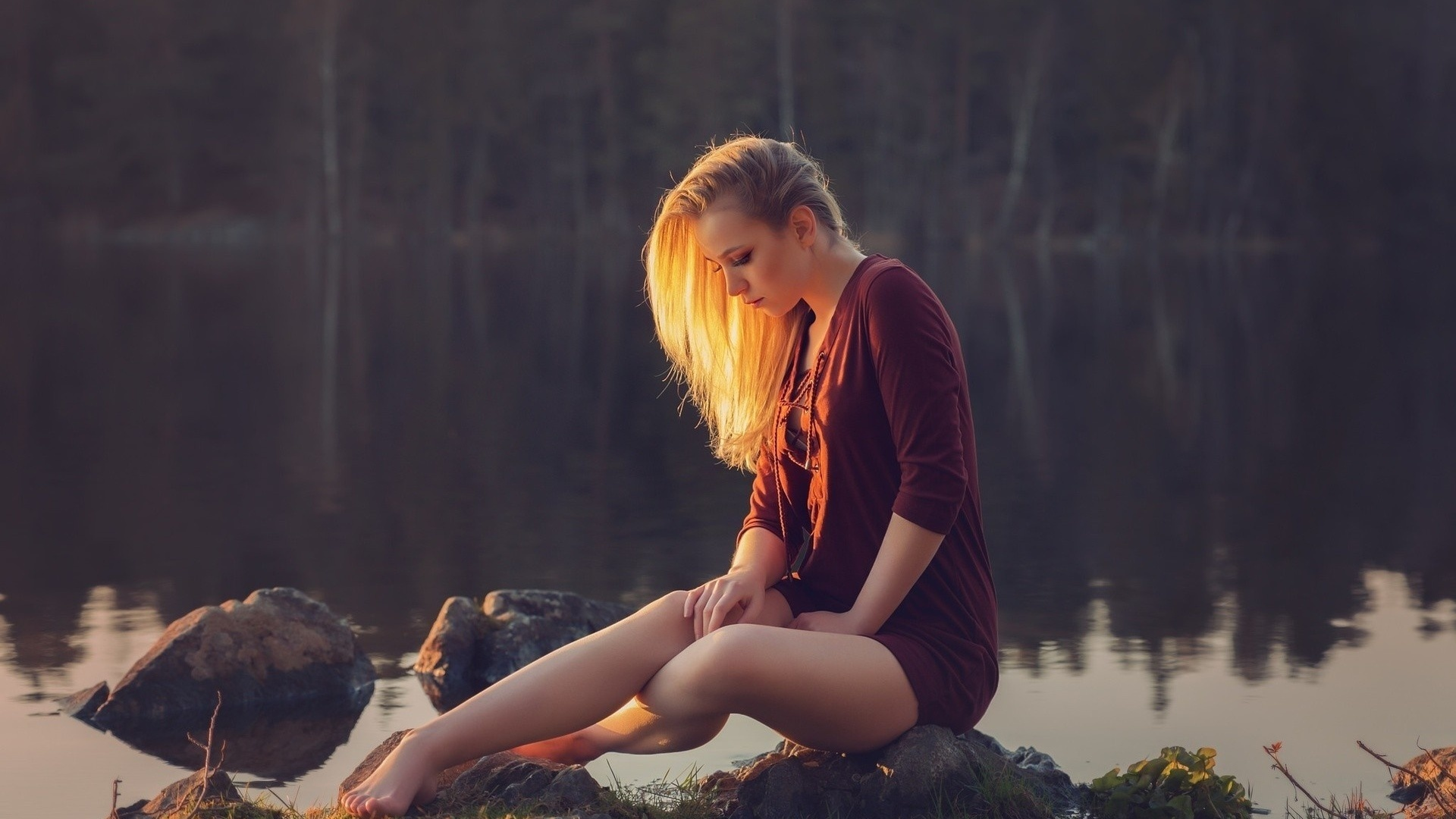 Картинка девушка в реке