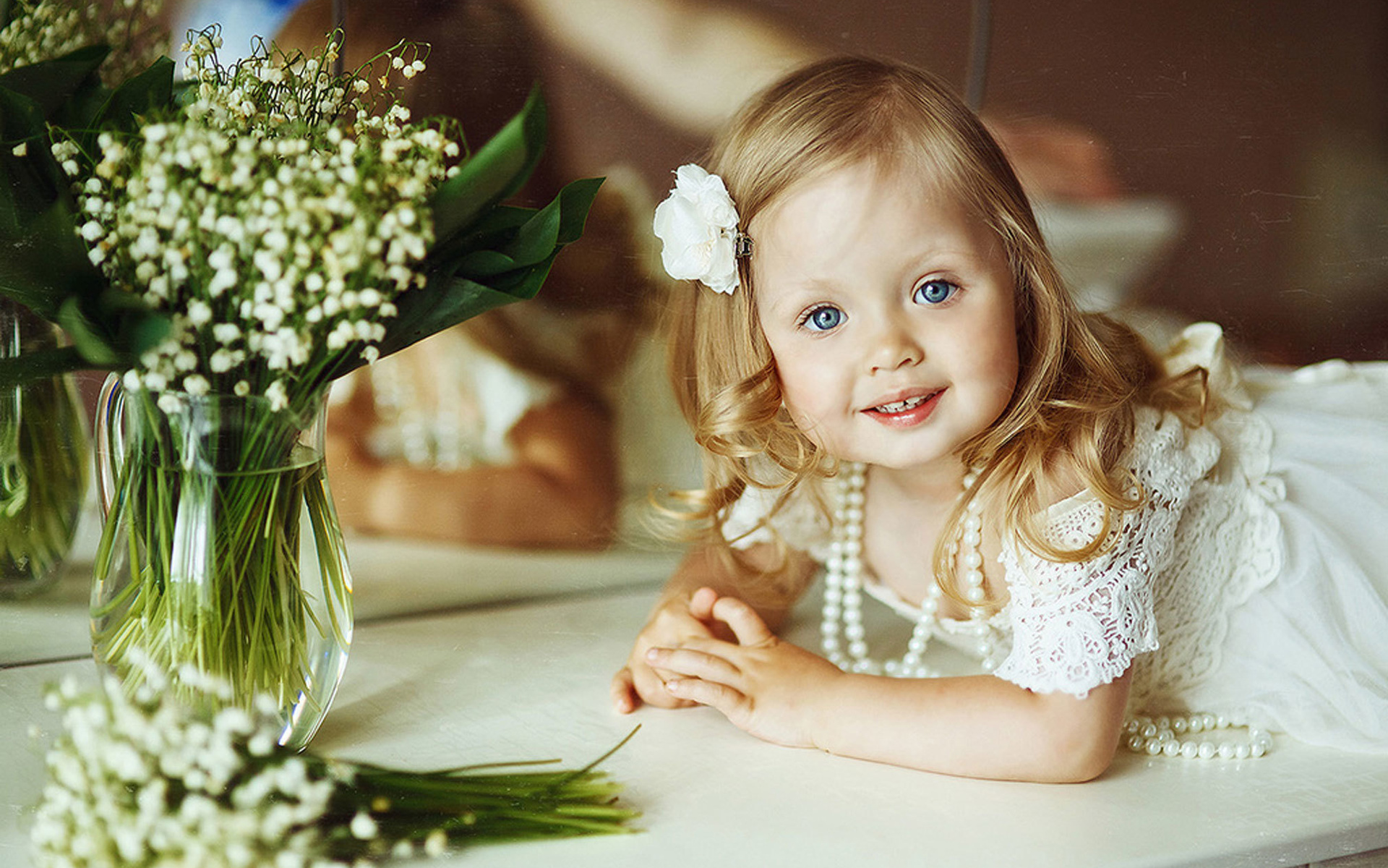 Картинки красивые малышки с цветами