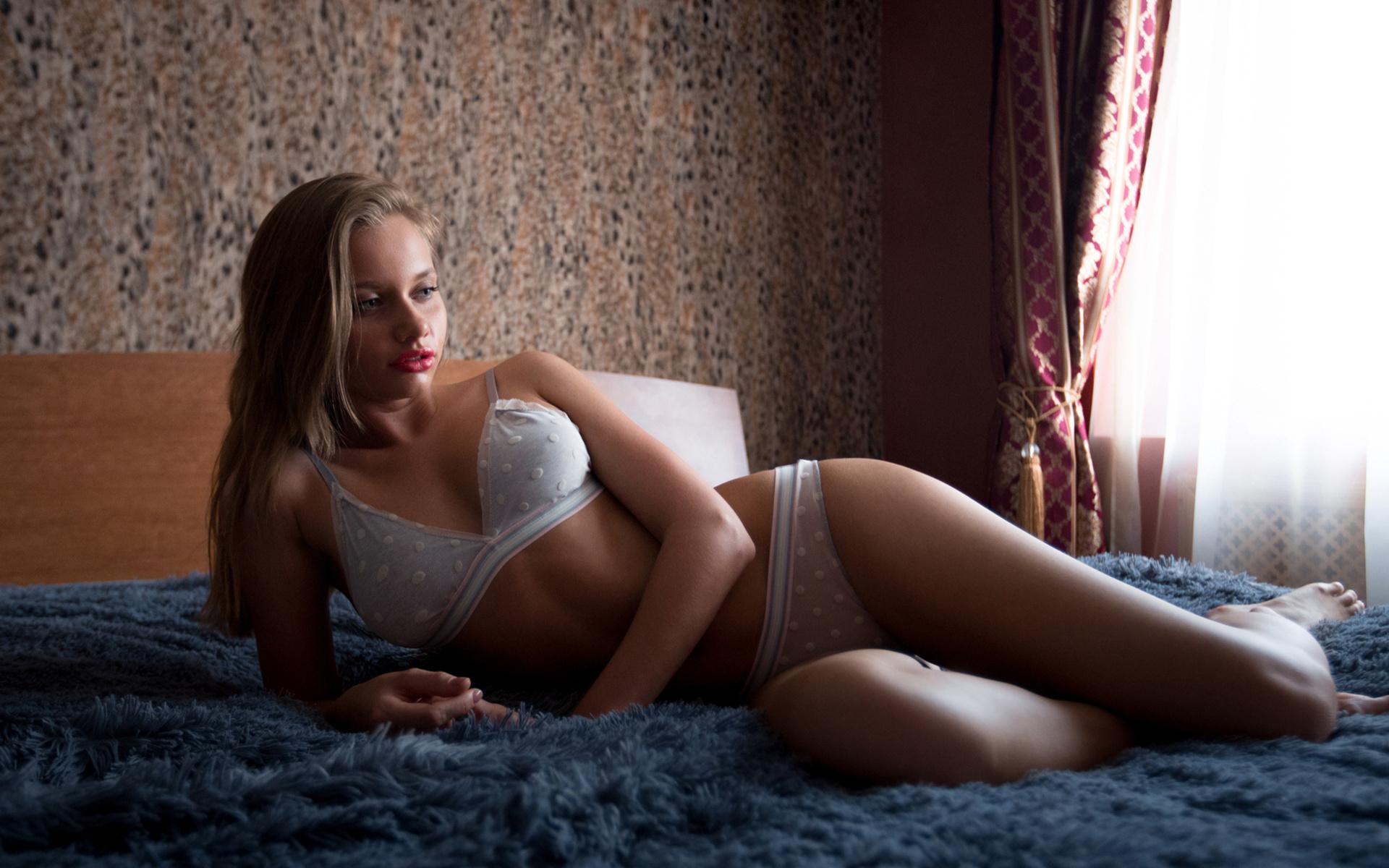 krasivie-devushki-v-krovati-chastnoe-intimnie-foto-so-znamenitostyami