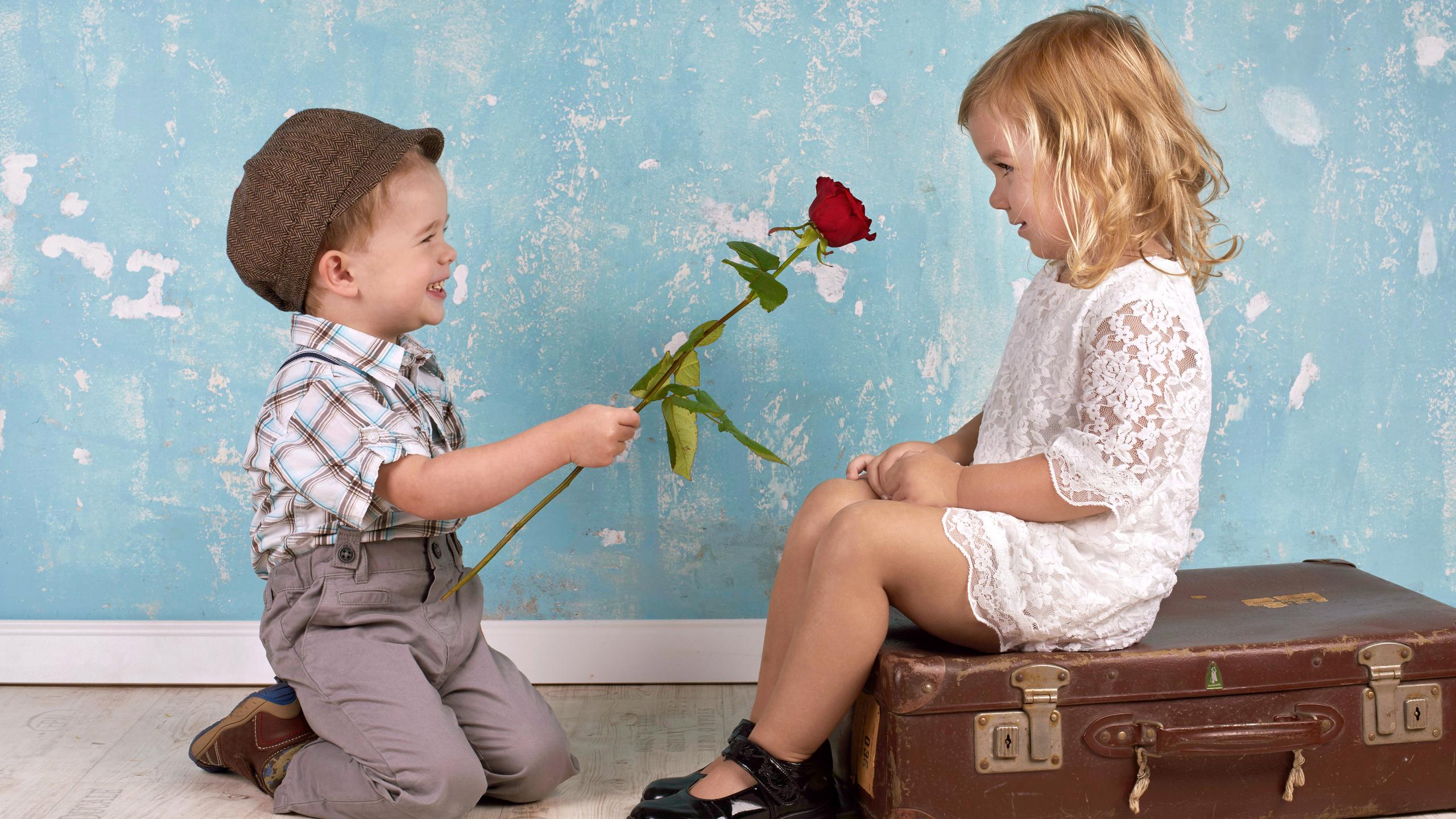 Мальчик дарит девочке цветы картинки, приколы