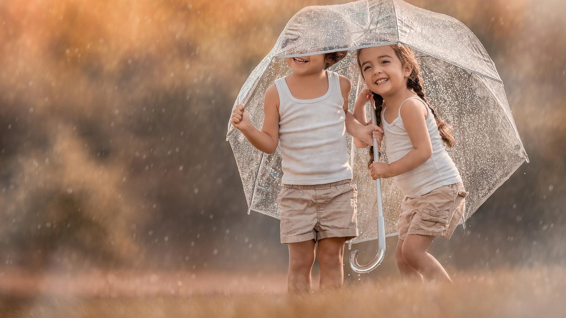 Картинка девочка с мамой под дождем что означает