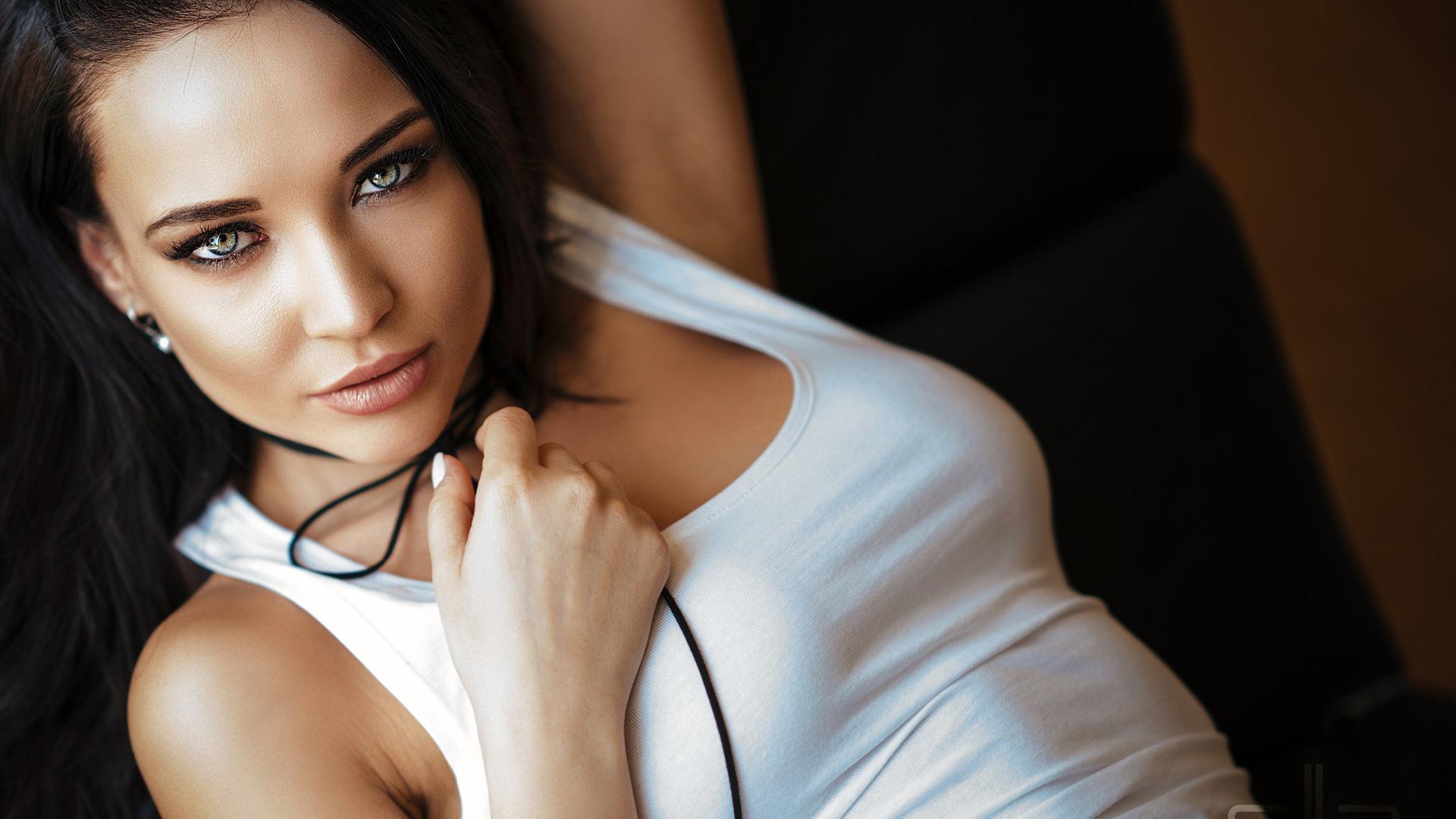 фото самых красивых девушек брюнеток в комнате помня, как