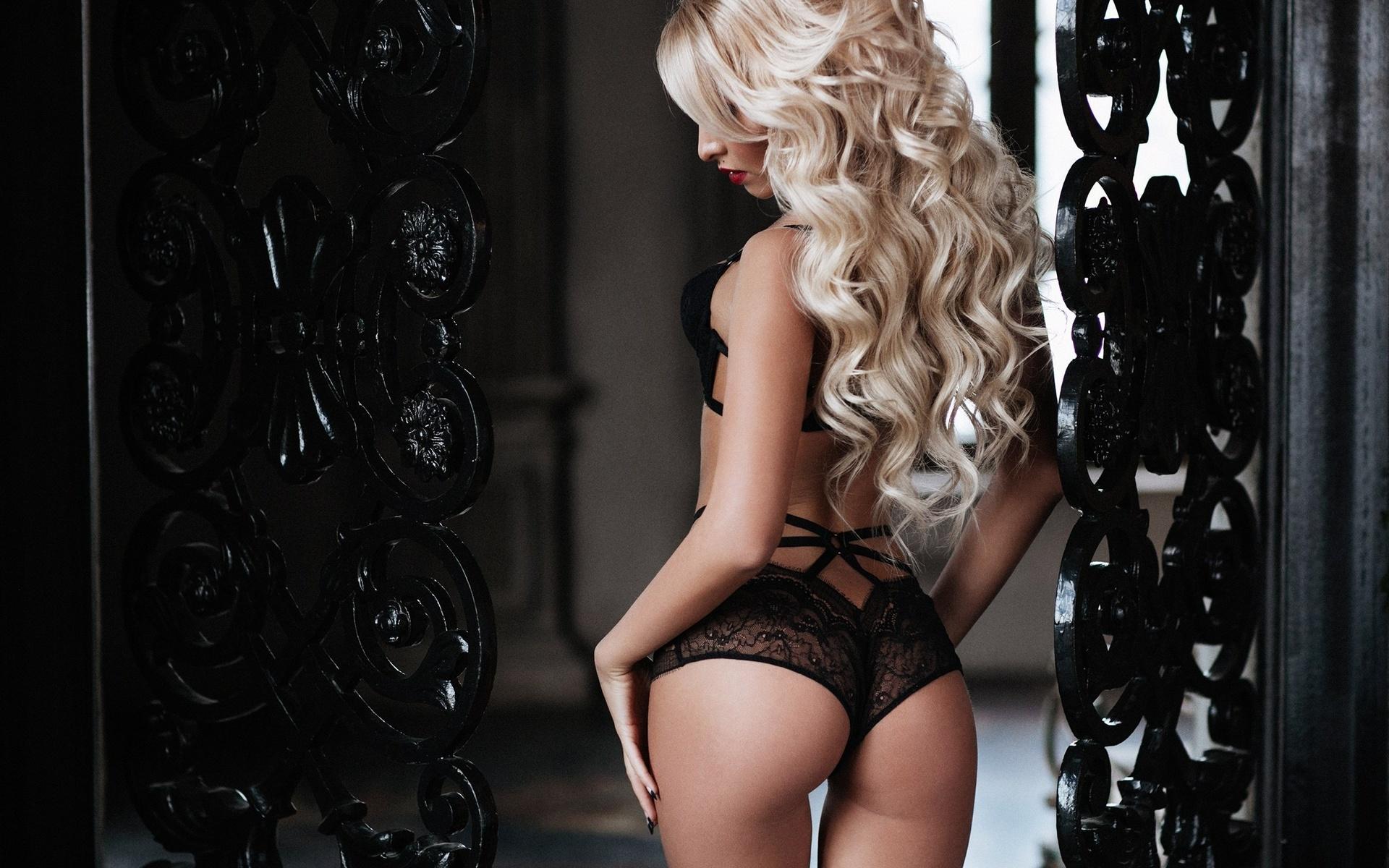 блонда в кружевном белье тщательного