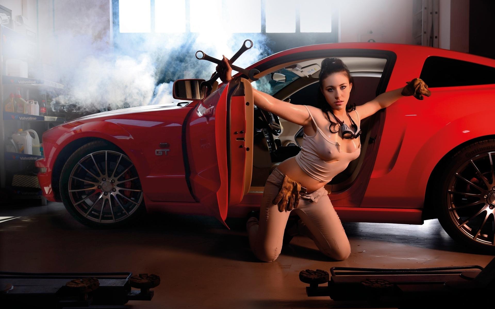 Устроили жесткую фото голая девушка в автосервисе лесбиянка военной