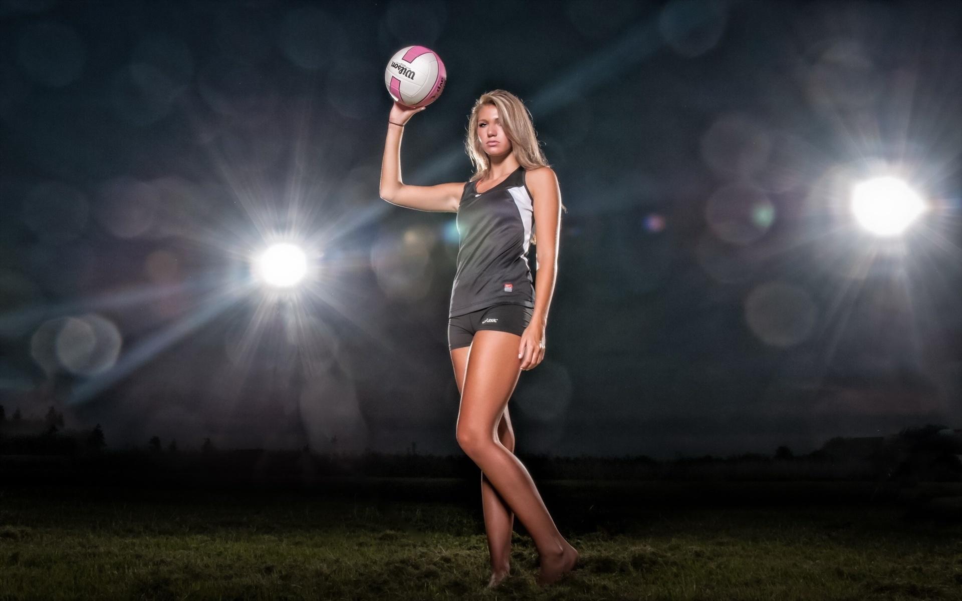 Красивые картинки девушки с мячом