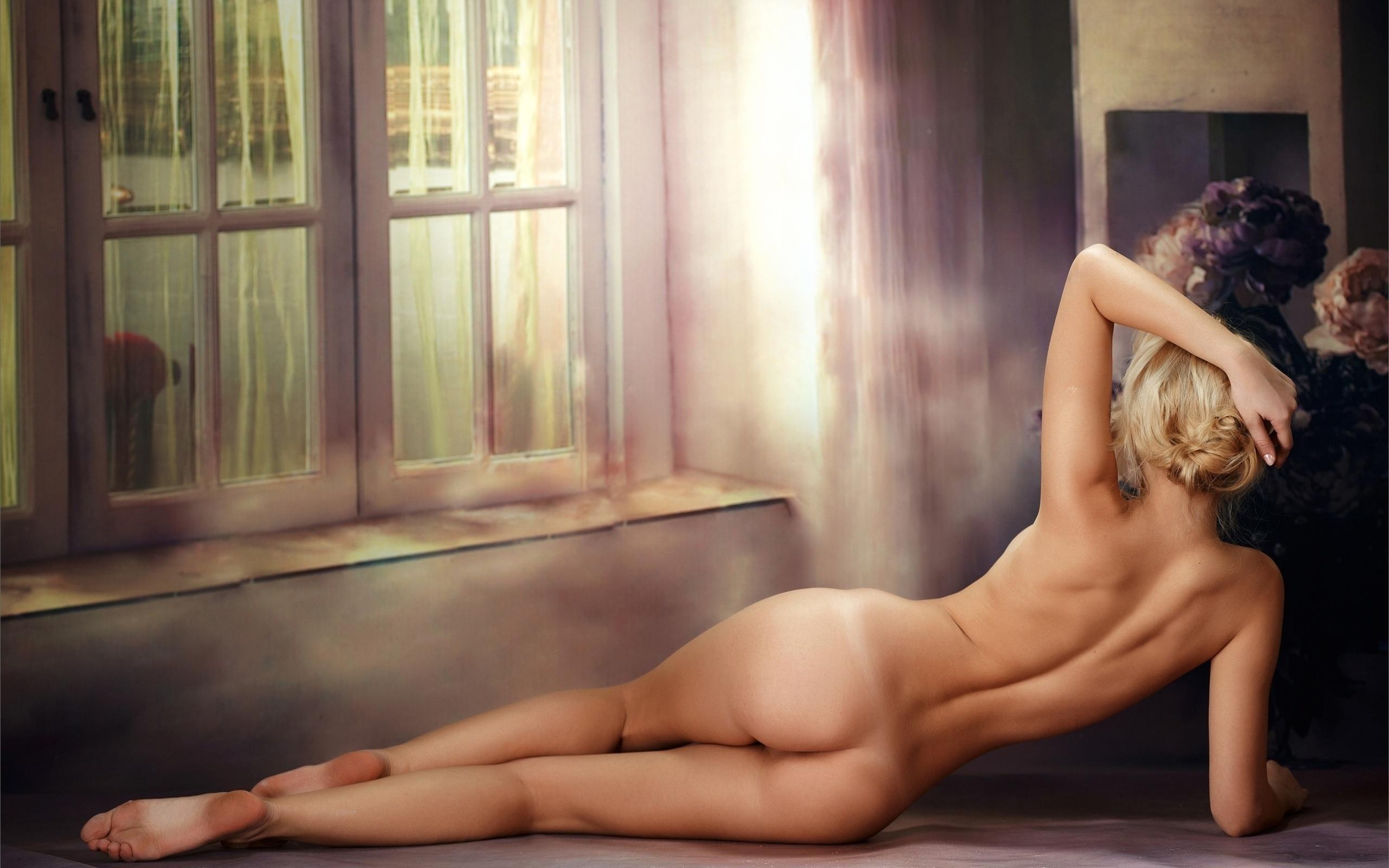 как пляж картинки девушка на диване голая сидит спиной касается