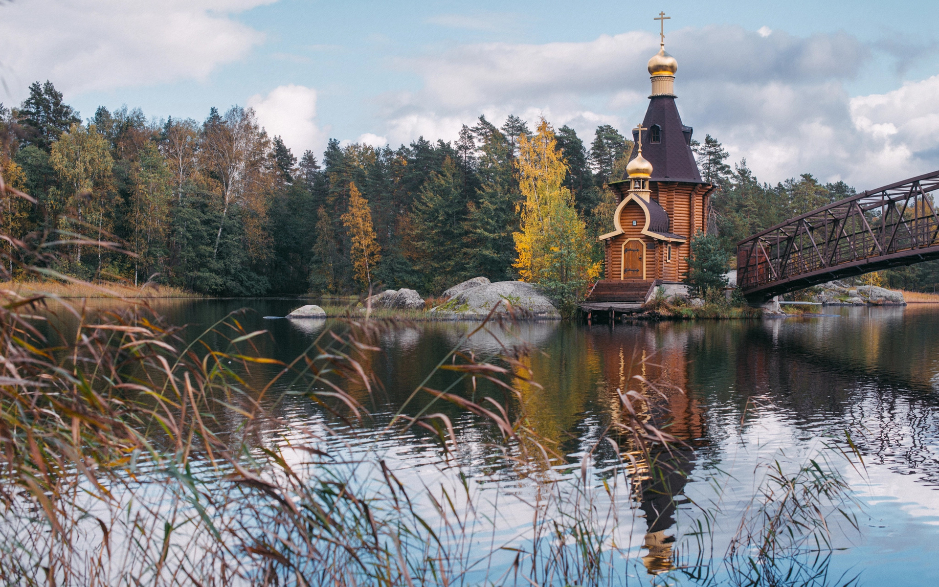 Картинка церковь и лес