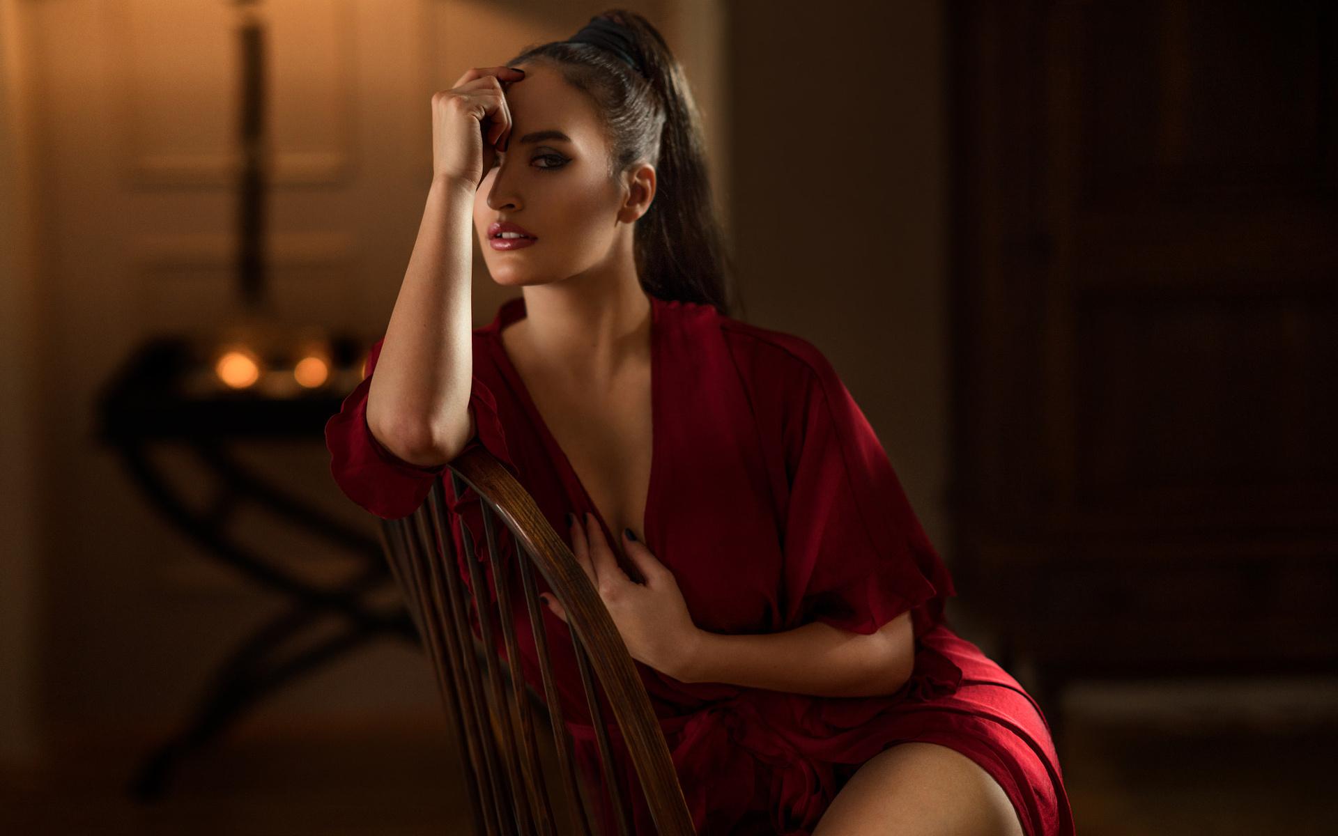 девушка в кресле в халате - 11