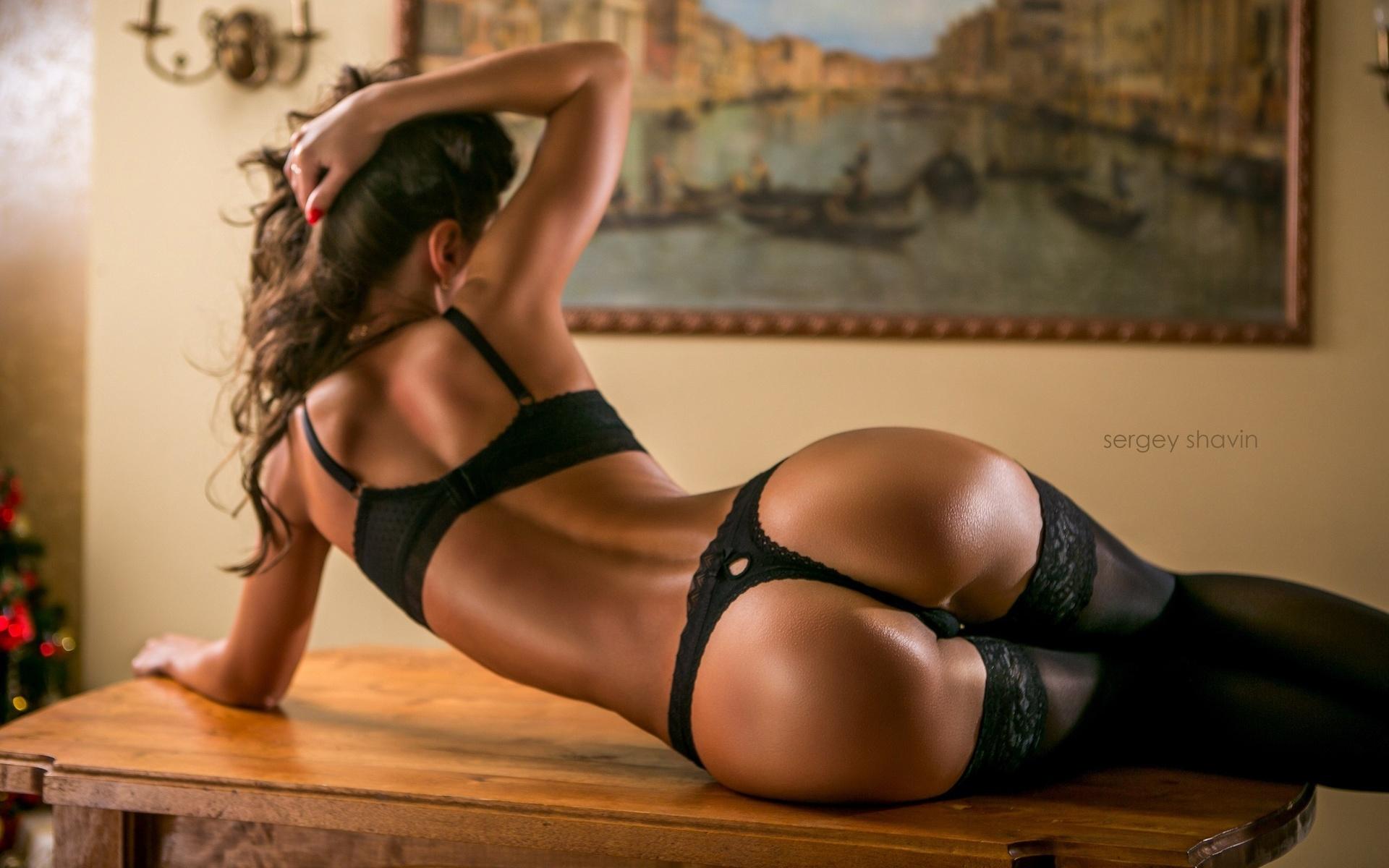 страсть стрингах шатенка красивая удовлетворяет свою черных в