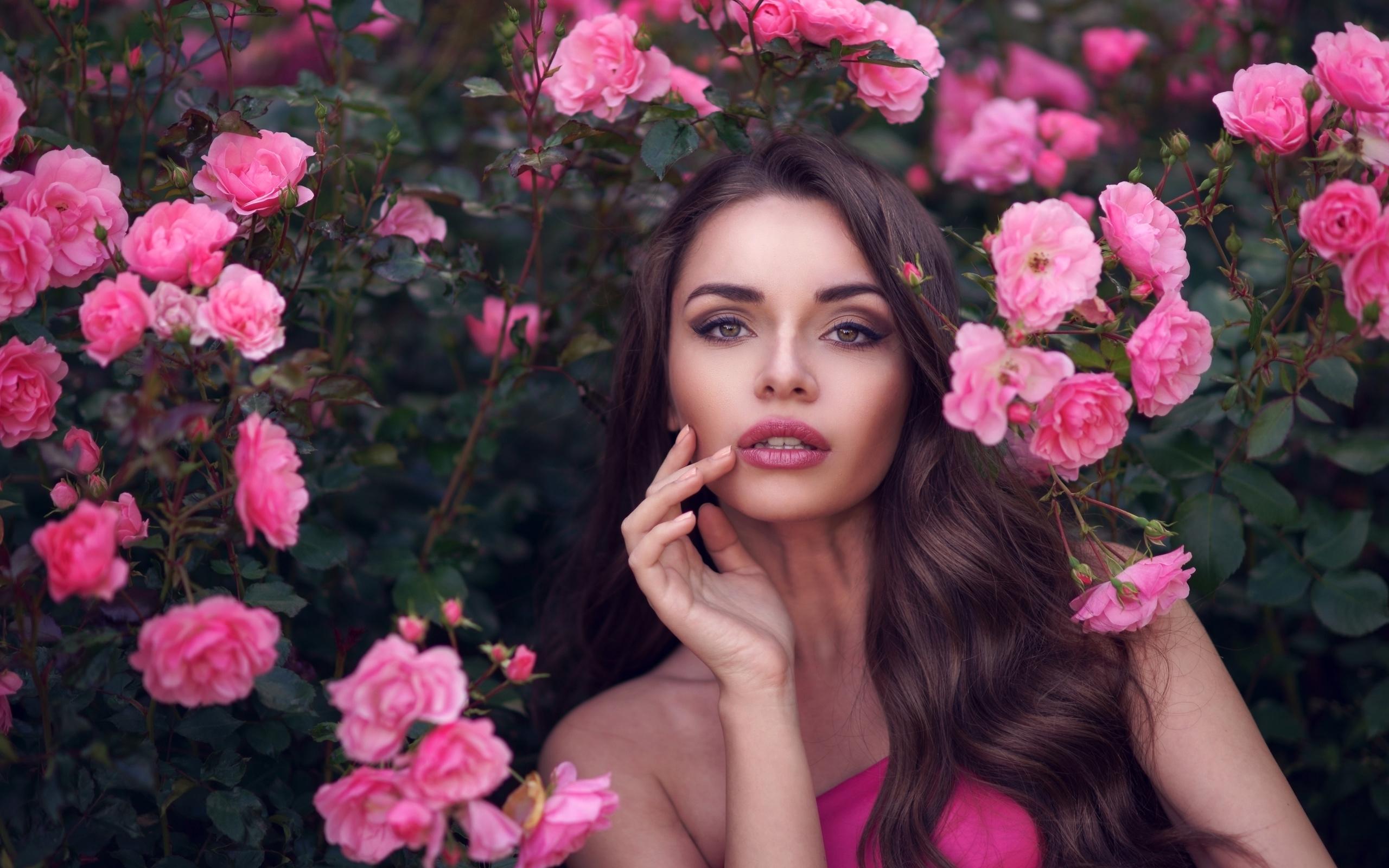Картинка девушка с цветком на лице, рэперские надписью