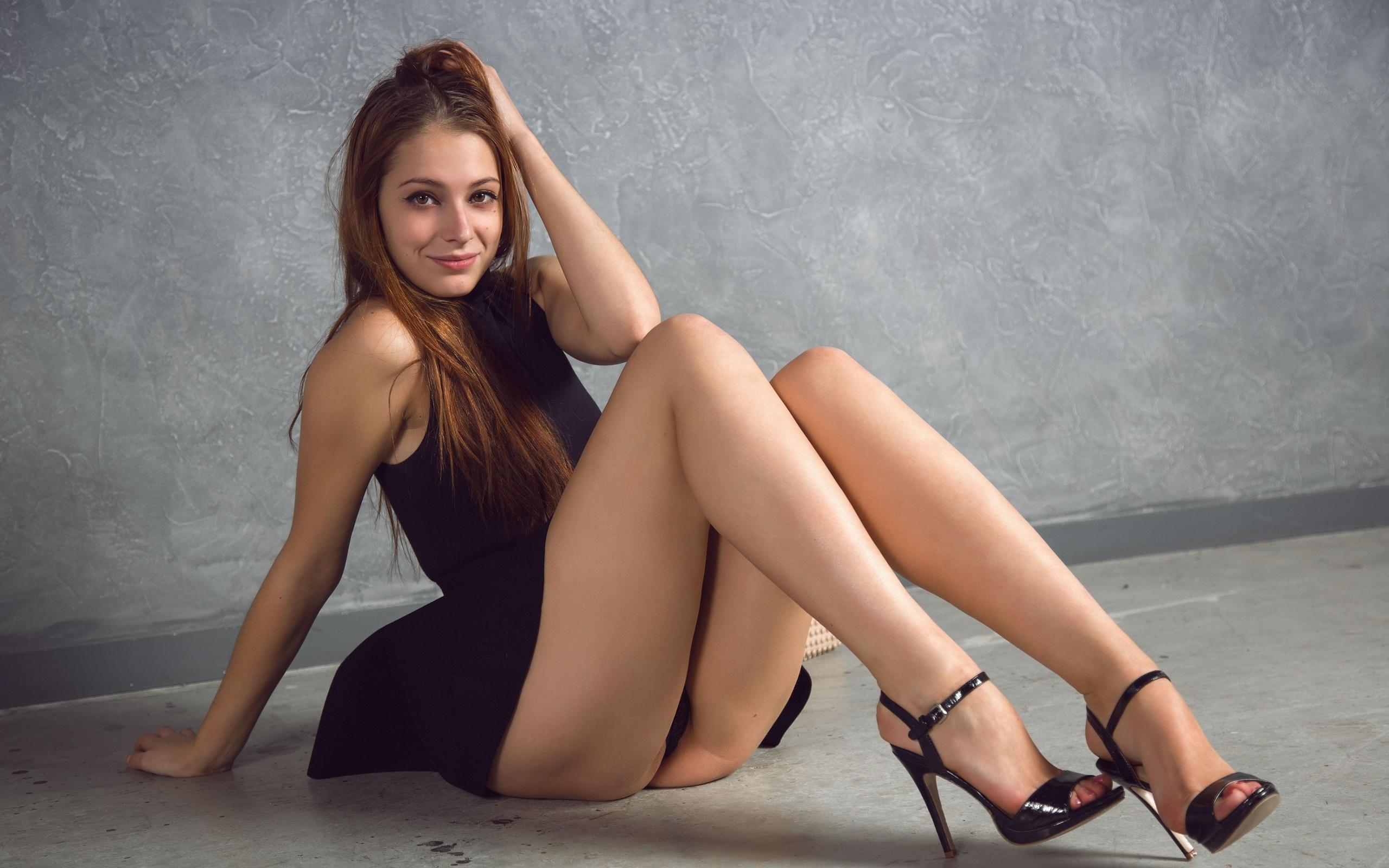 Красивые женщины демонстрируют свои ножки — pic 12