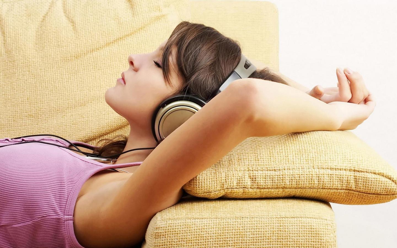 картинка слушаю музыку и представляю себя лежит мужик с румянцем именно этим