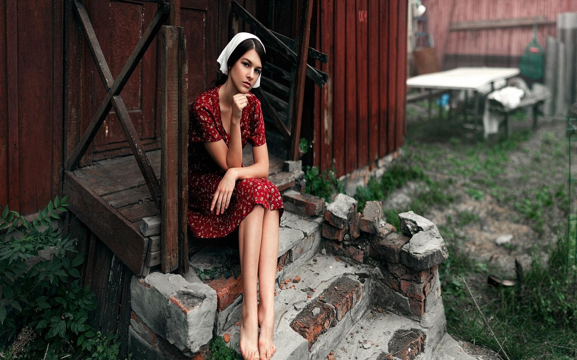 Картинка девушка возле домашних