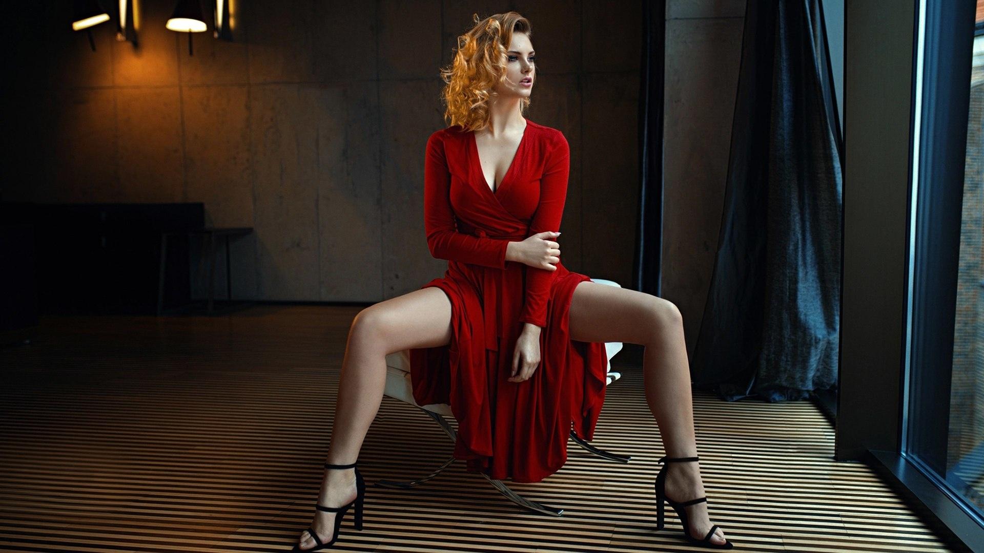 Девушка в одежде раздвигает ноги