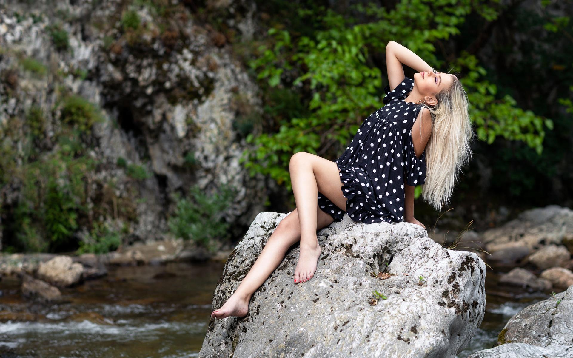 Картинка блондинка на камне