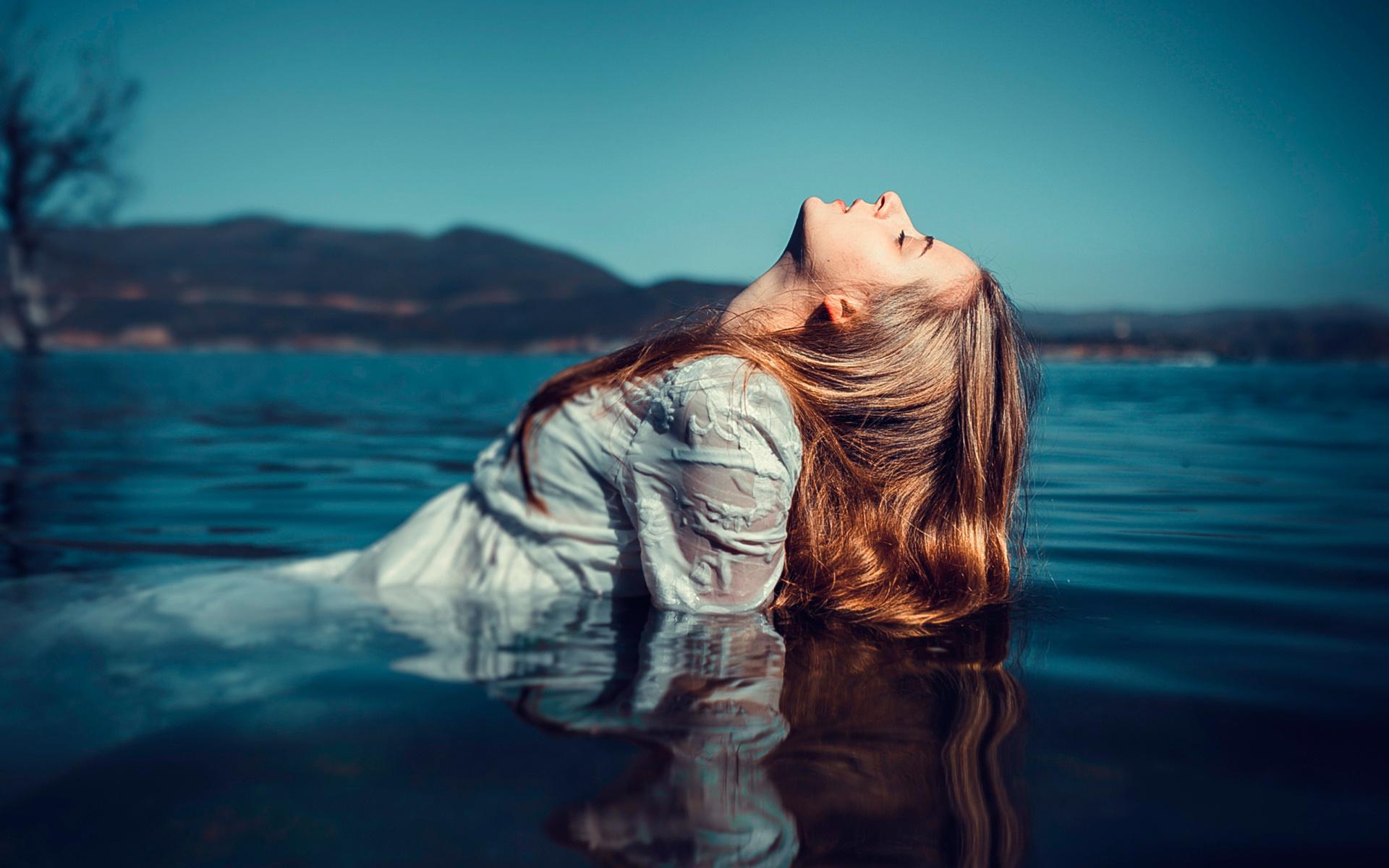 Девушка с водой картинка